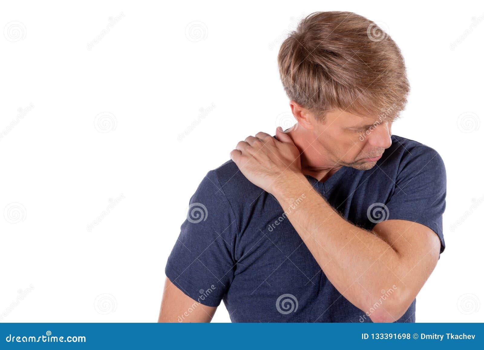 Hombre que sostiene su hombro dolorido que intenta aliviar dolor en el fondo blanco Problemas de salud