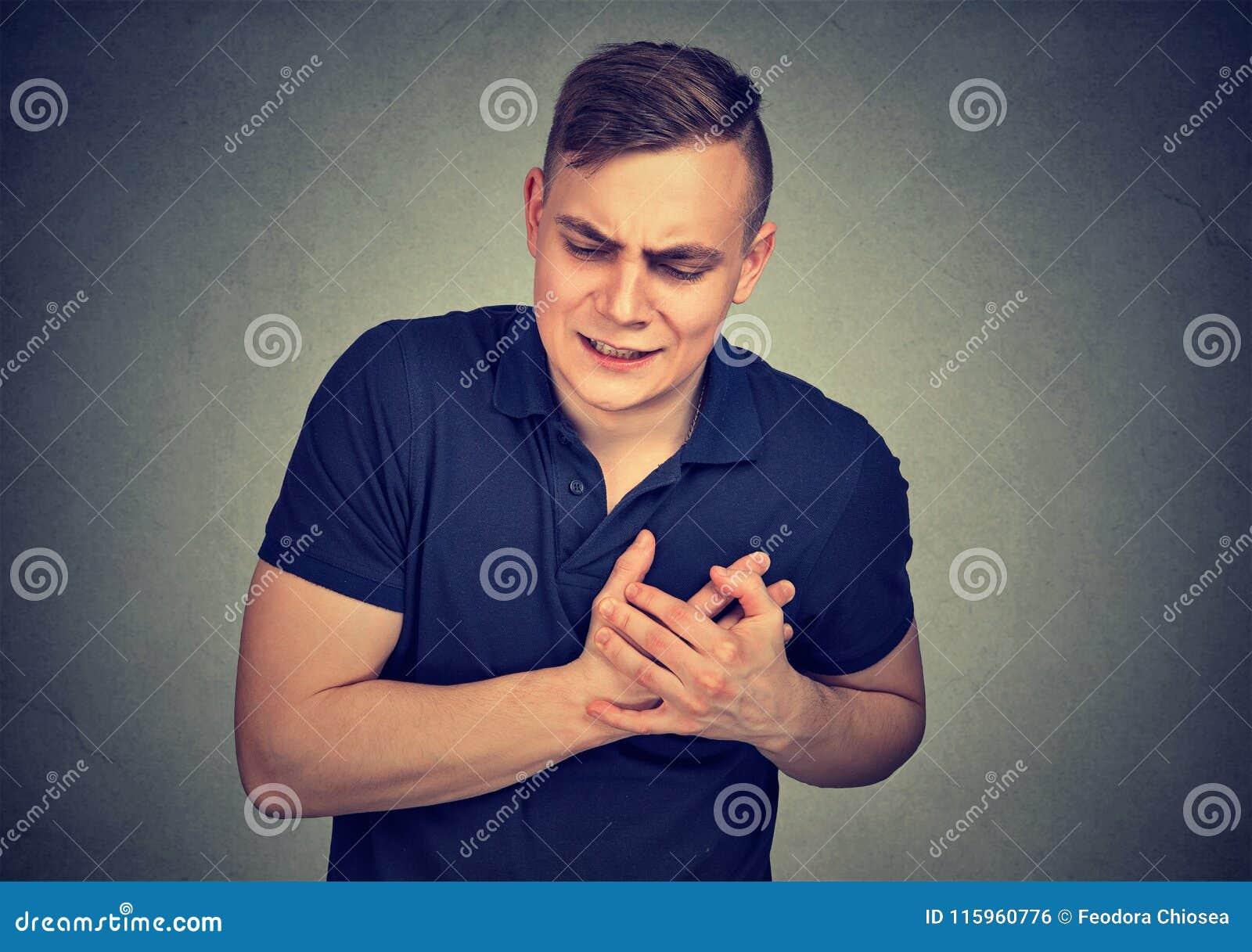 dolor en pecho hombre