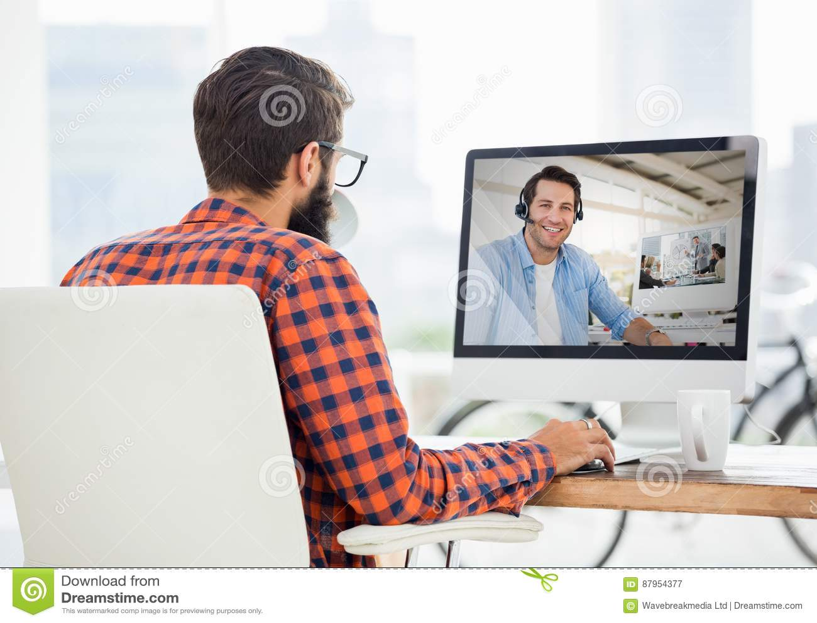 Hombre que tiene llamada video con su colega