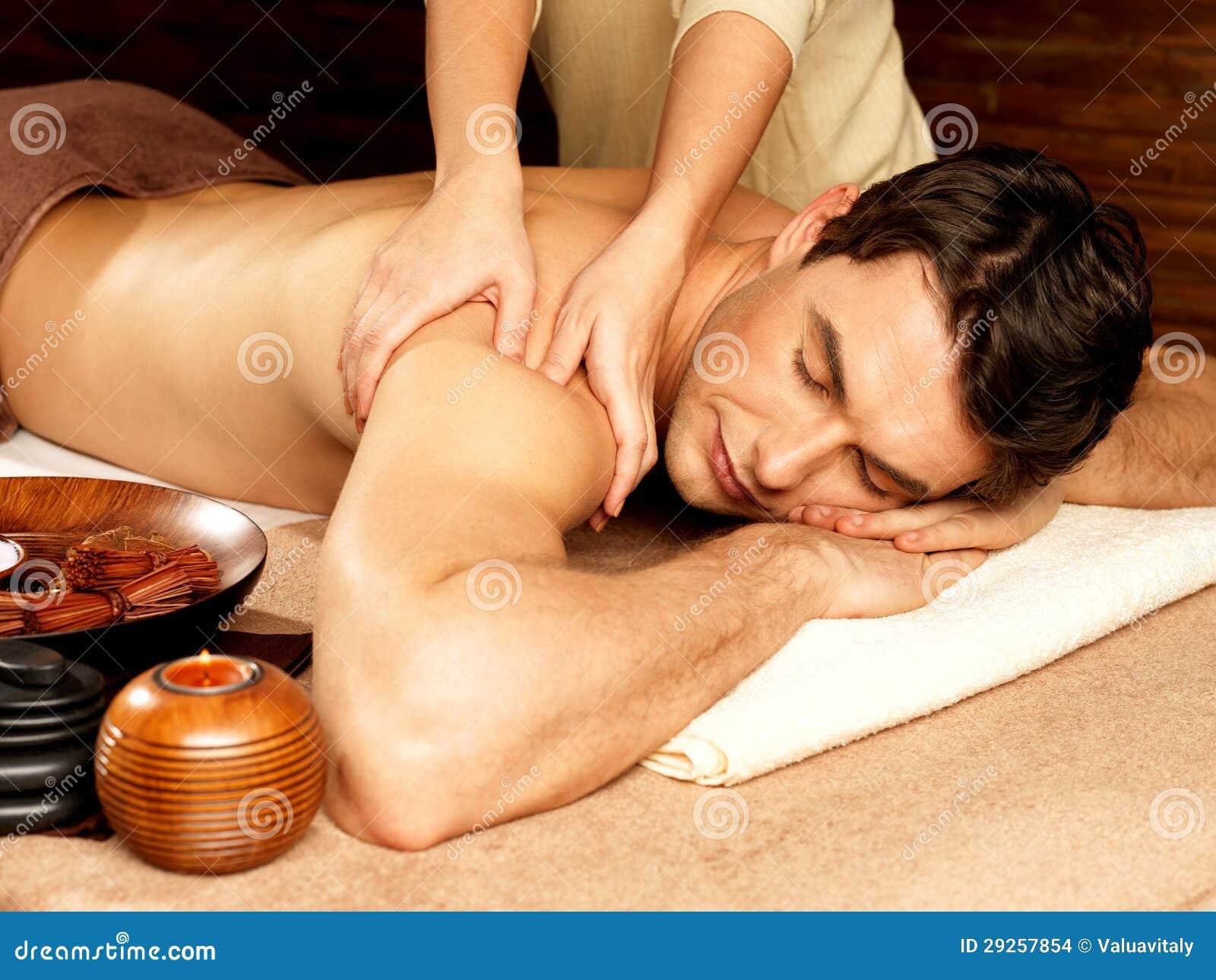 Hombre que tiene masaje en el salón del balneario