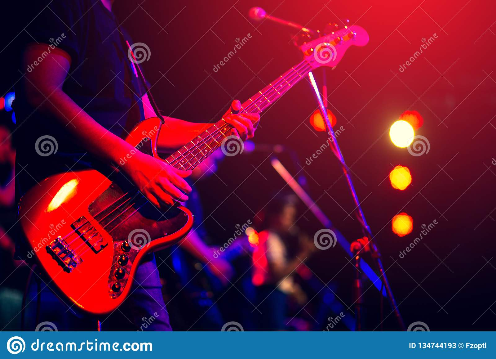 Hombre que toca la guitarra baja