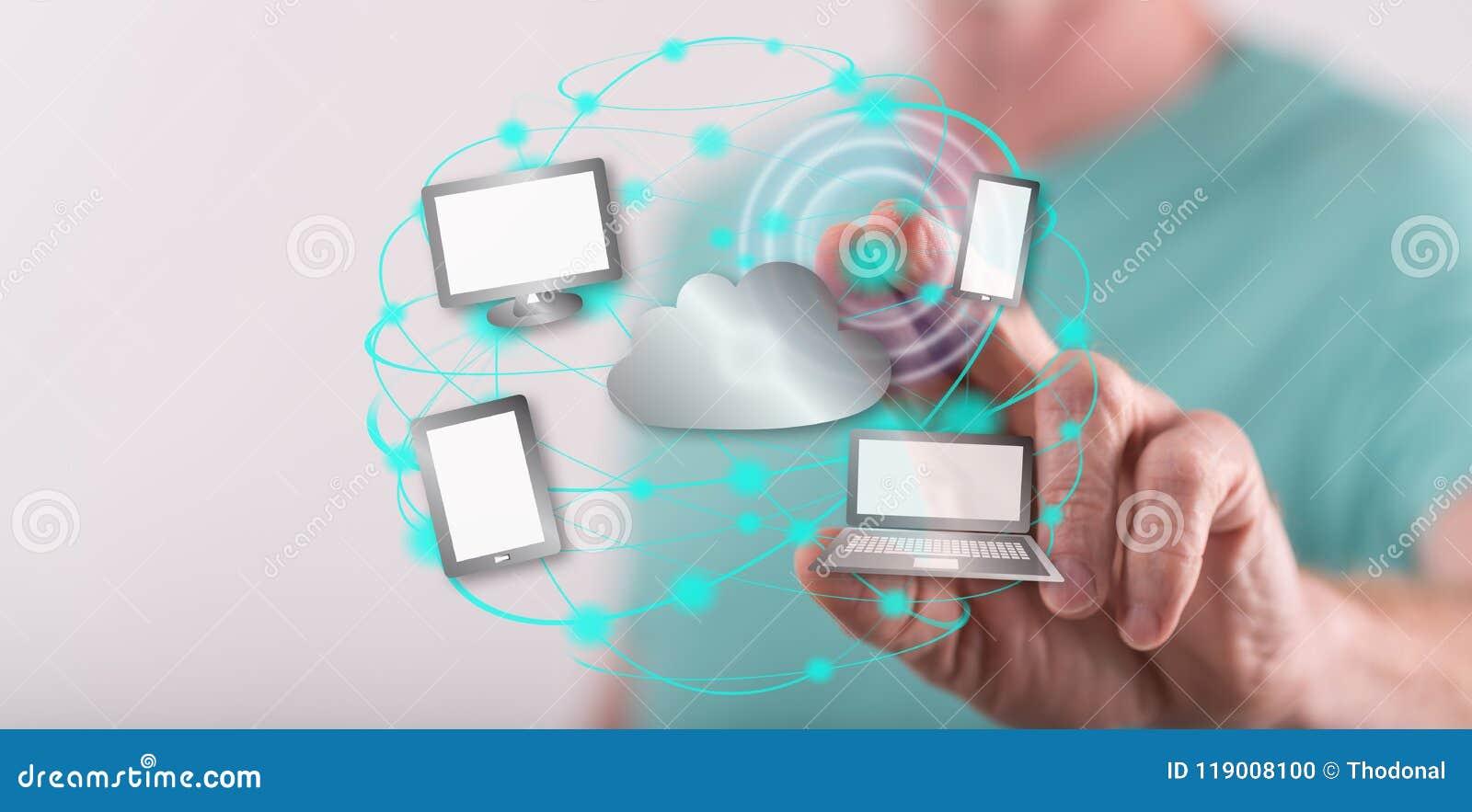 Hombre que toca un concepto computacional de la nube