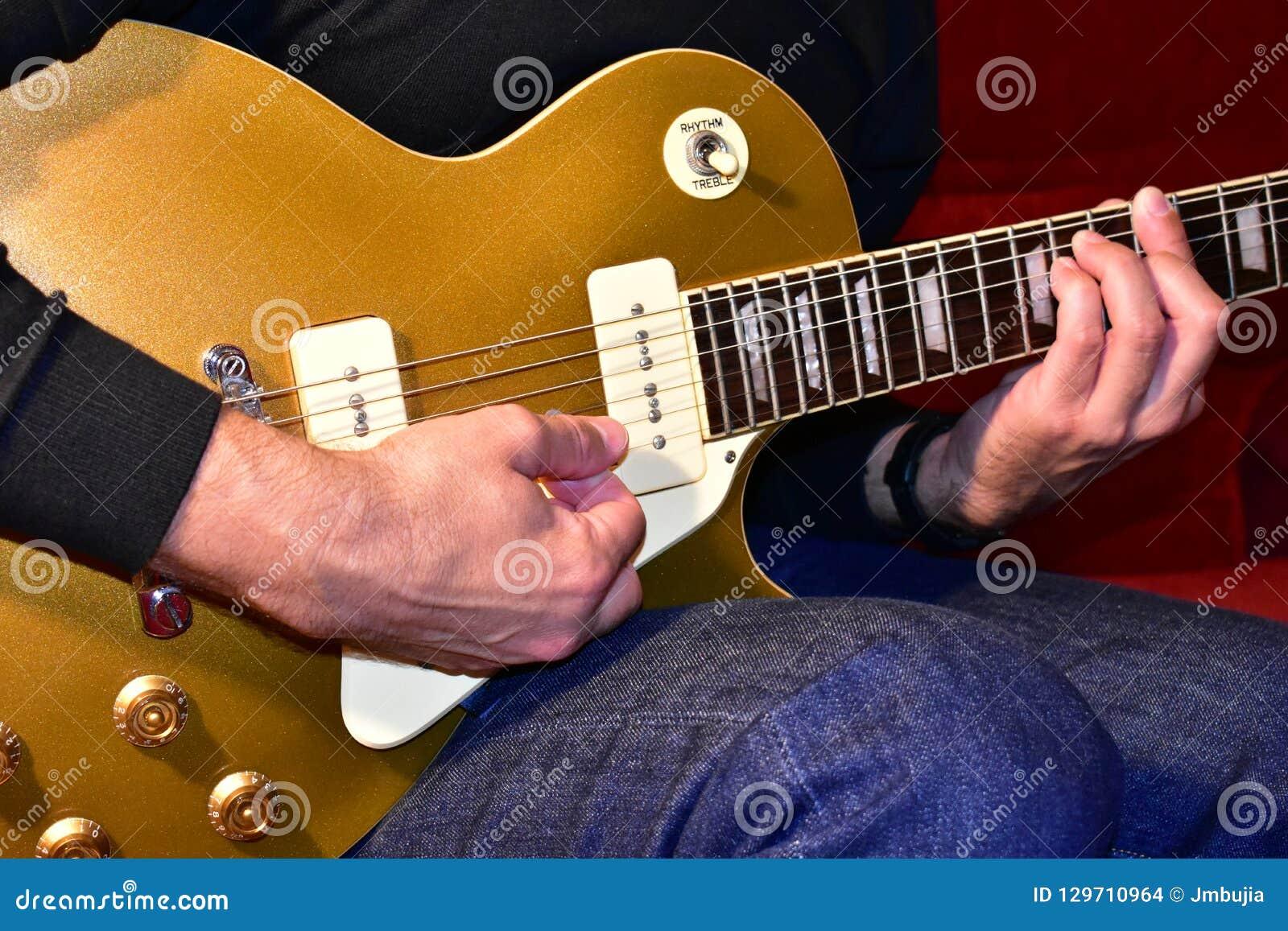 Hombre que toca una guitarra eléctrica superior del oro Recogidas P90, cuerpo y detalles del cuello: Botones, fretboard del palo