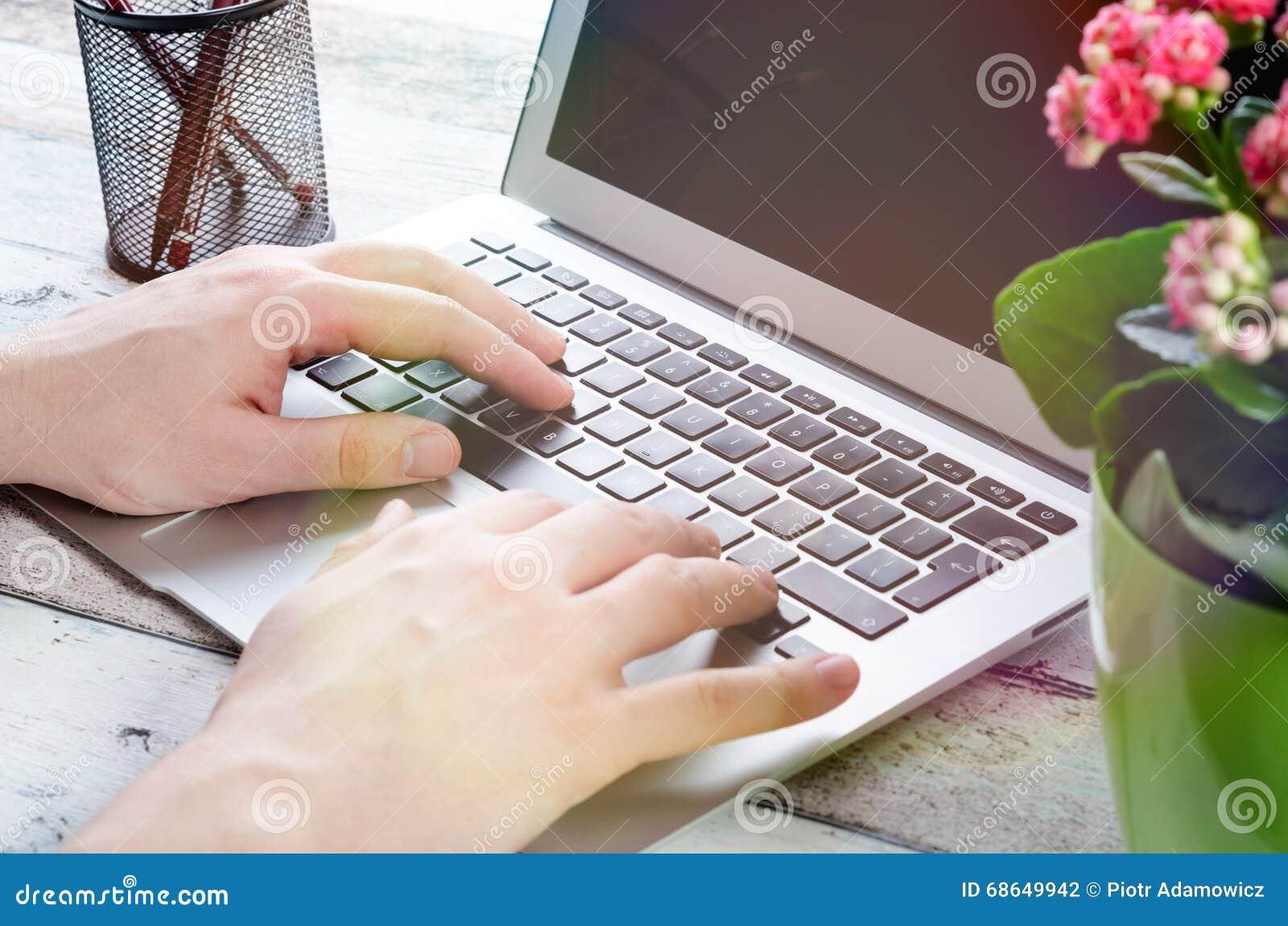 Hombre que trabaja con el ordenador port til moderno en for Oficina portatil