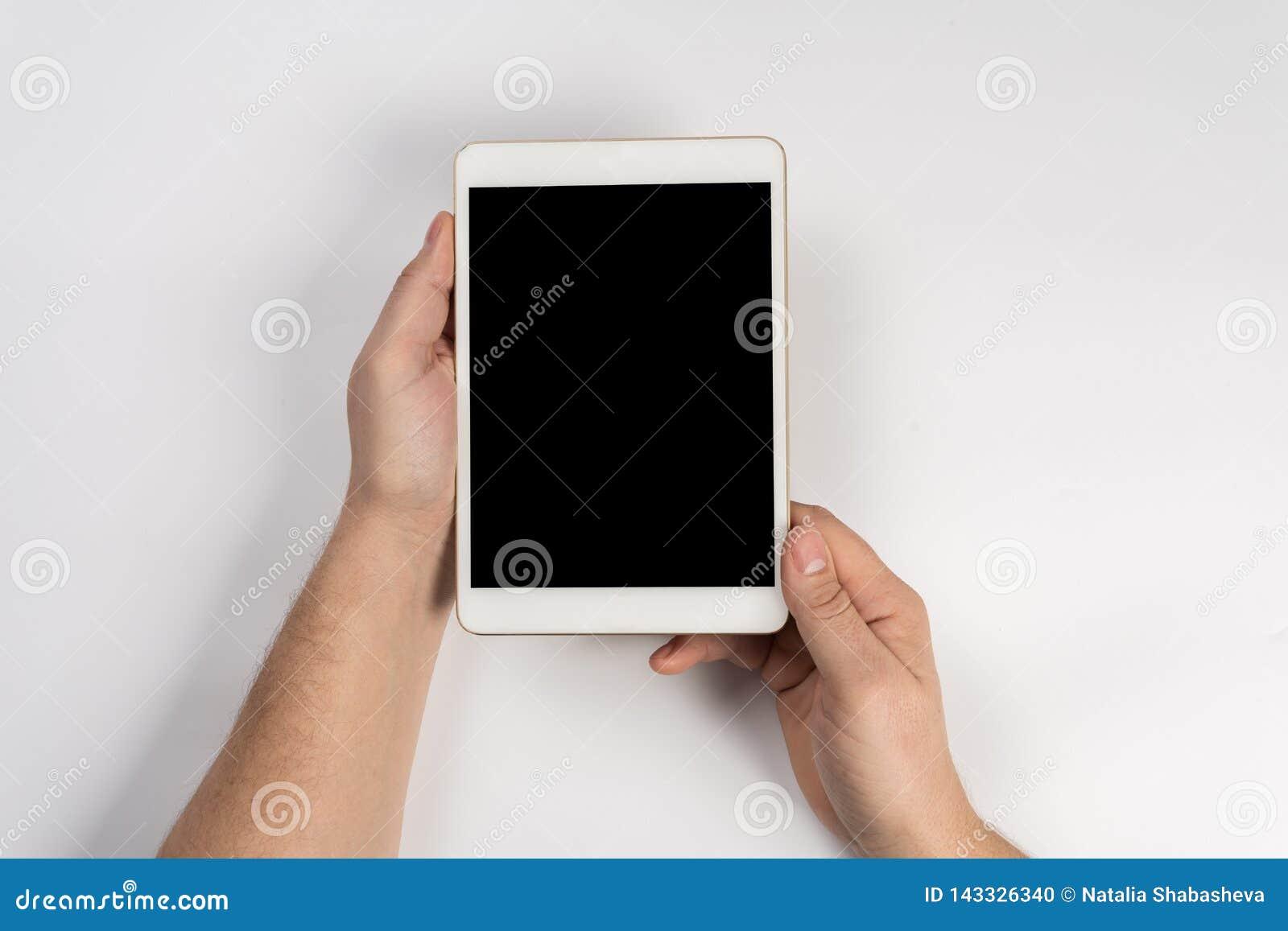 Hombre que trabaja con la tableta, visión superior