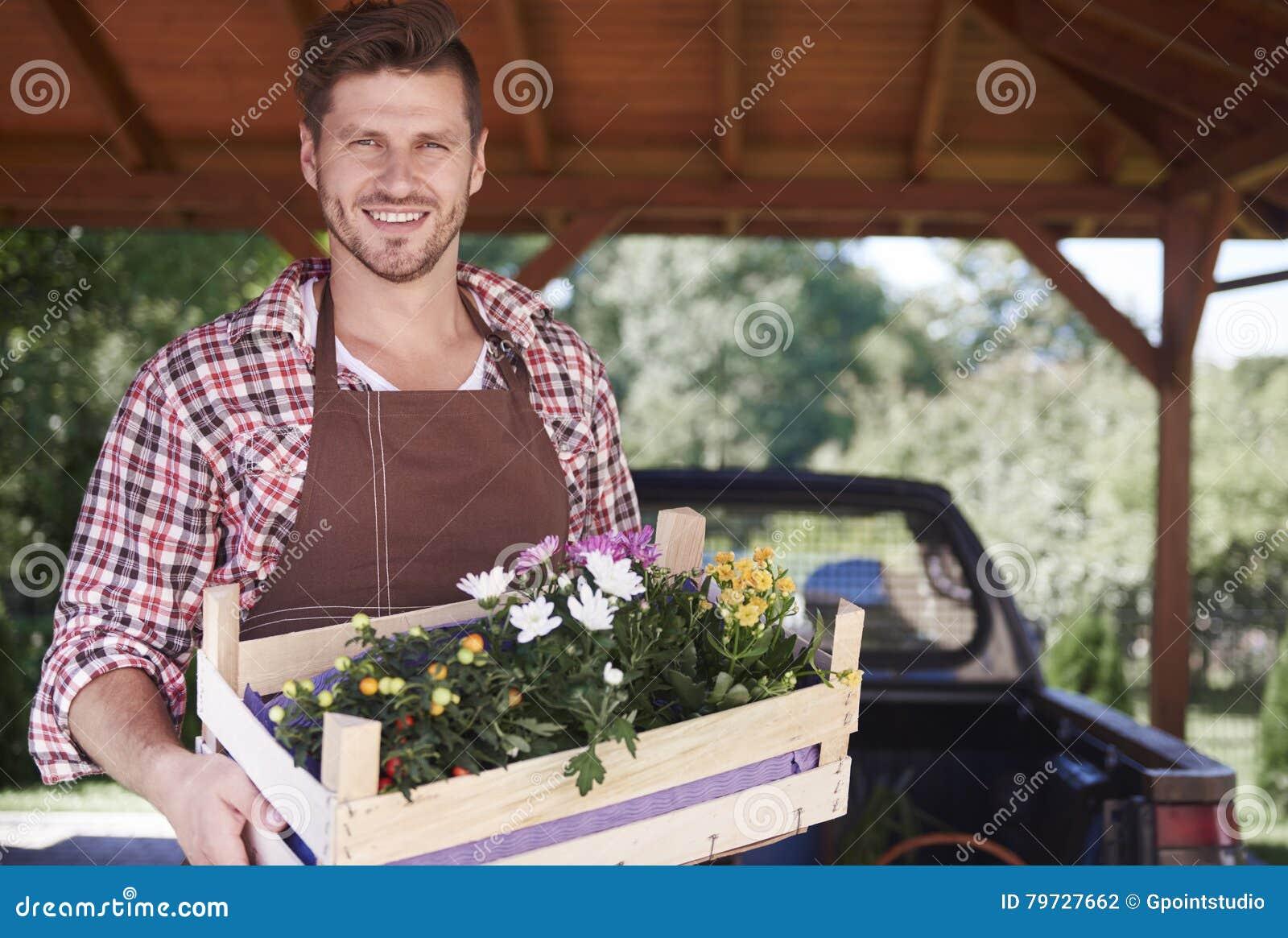 Hombre que trabaja en el jardín