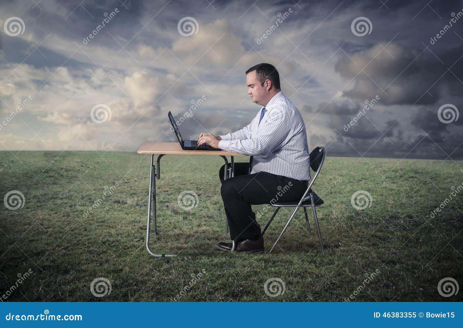 Hombre que trabaja en el ordenador