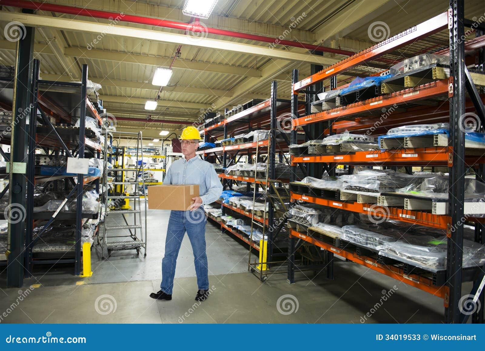 Hombre que trabaja en la fabricación industrial Warehouse