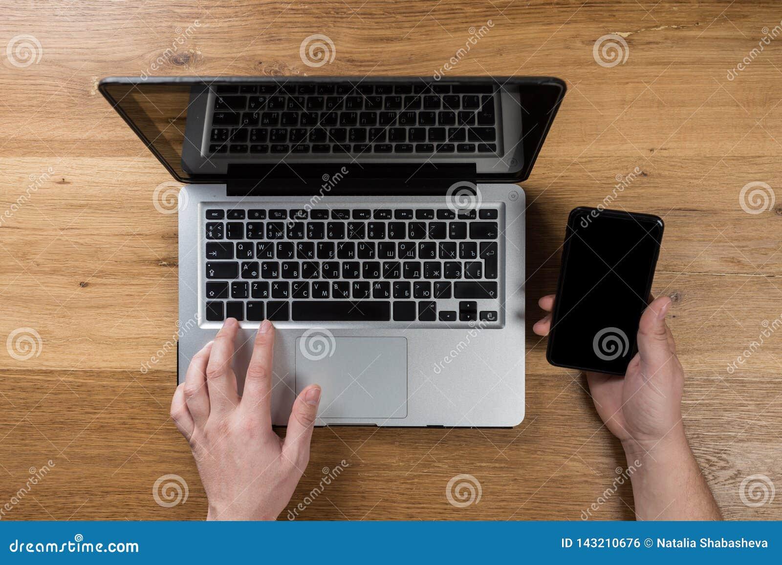 Hombre que trabaja en oficina moderna con el ordenador portátil Visión superior