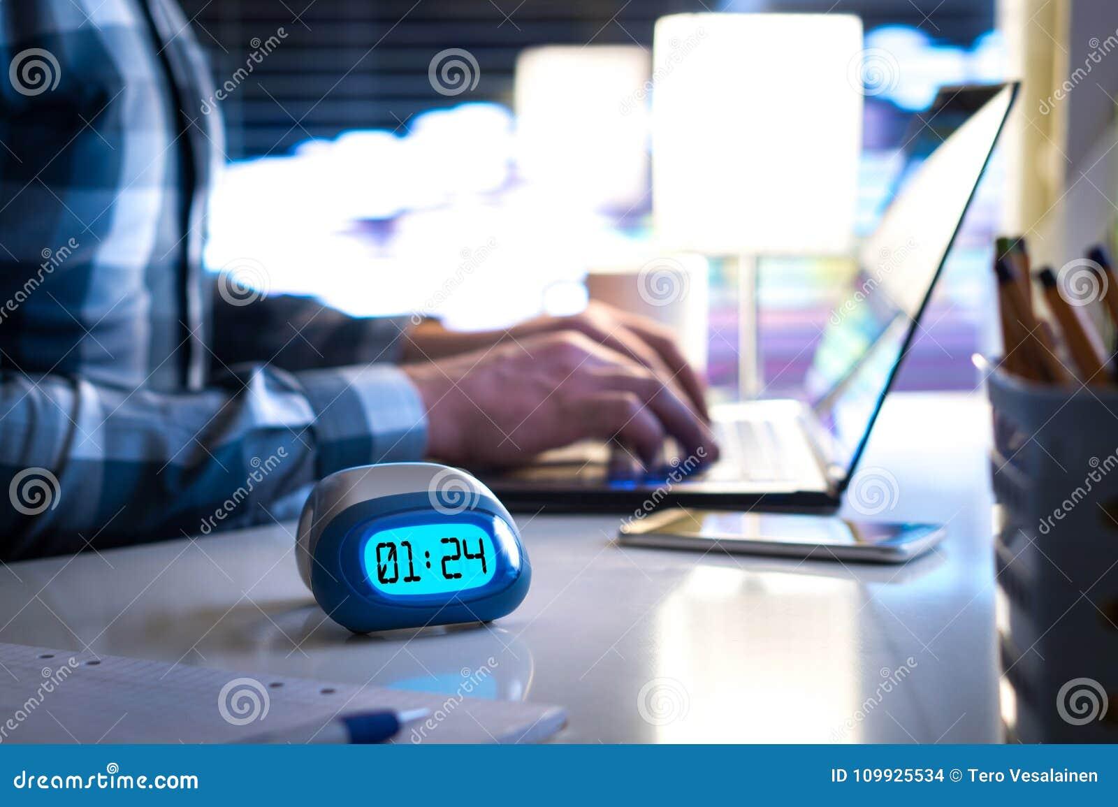 Hombre que trabaja tarde Trabajoadicto o el ser concepto retrasado