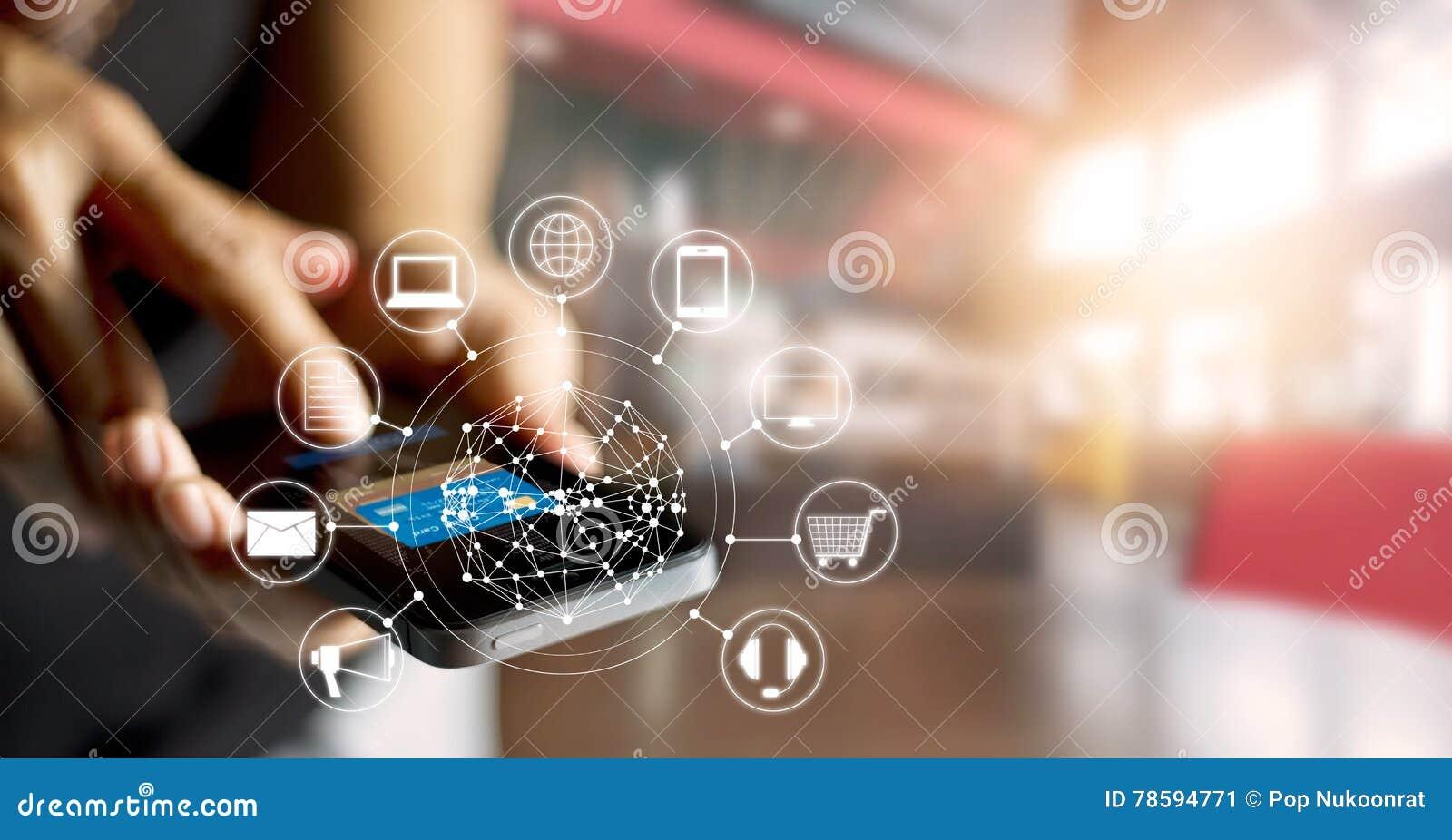 Hombre que usa compras de los pagos móviles y la conexión de red en línea del cliente del icono en la pantalla