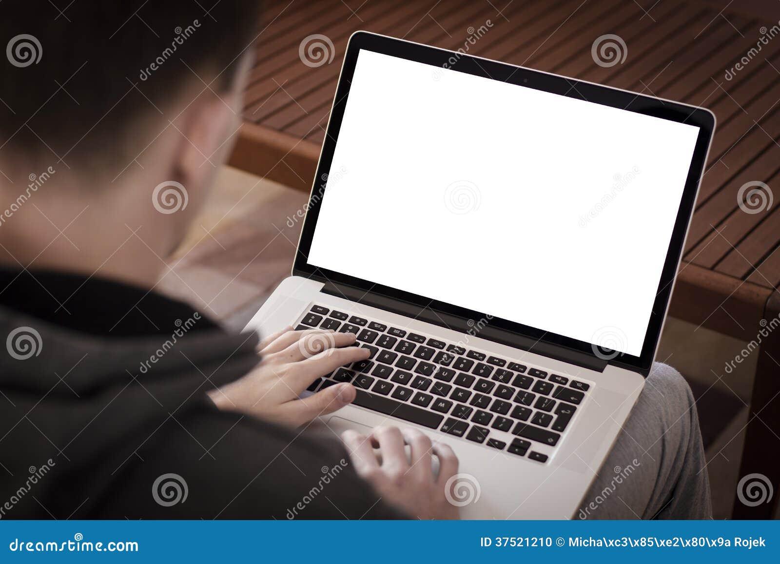 Hombre que usa el ordenador portátil