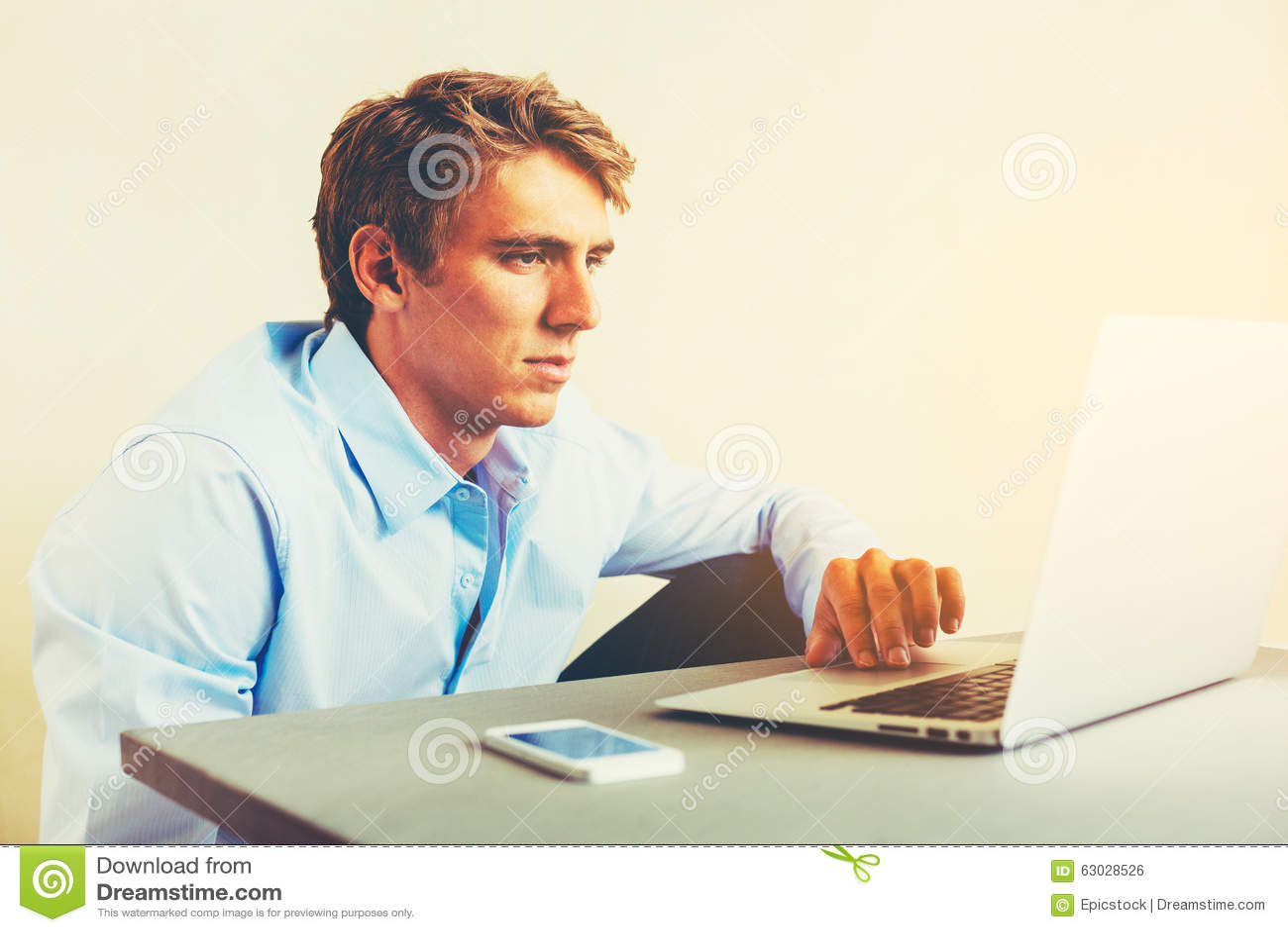 Hombre que usa el ordenador portátil que trabaja de hogar