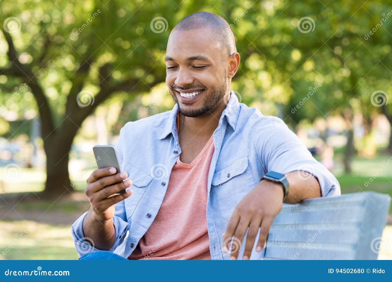 Hombre que usa el teléfono al aire libre