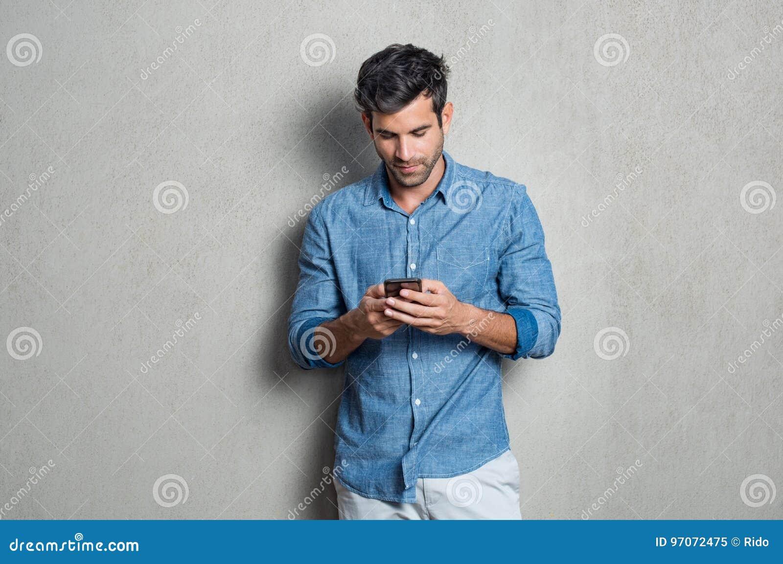 Hombre que usa el teléfono móvil