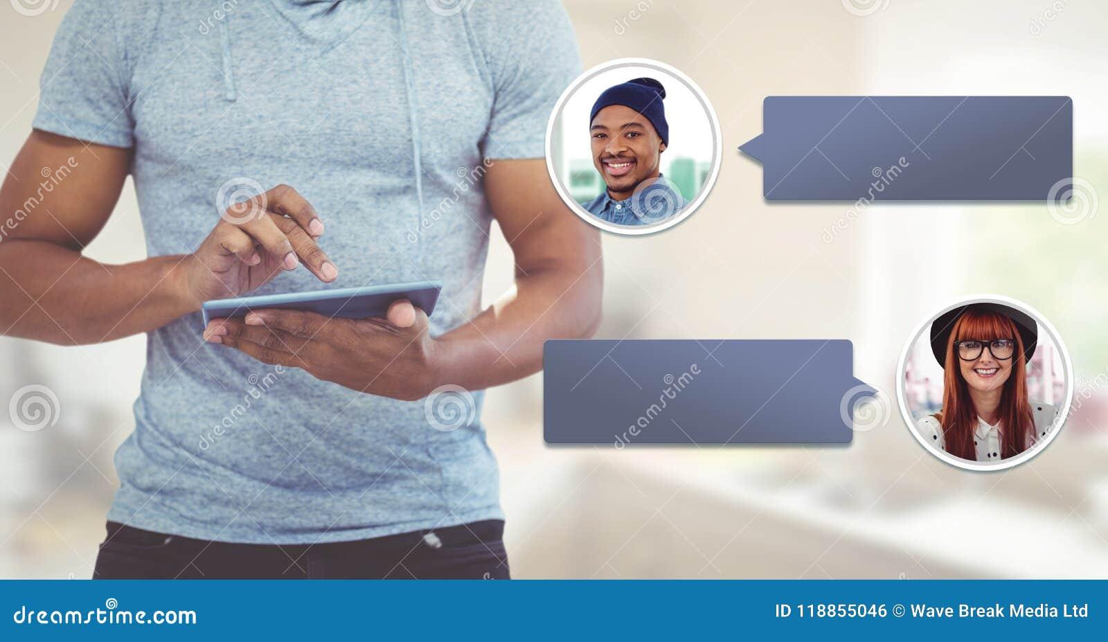 Hombre que usa la tableta con perfil de la mensajería de la burbuja de la charla