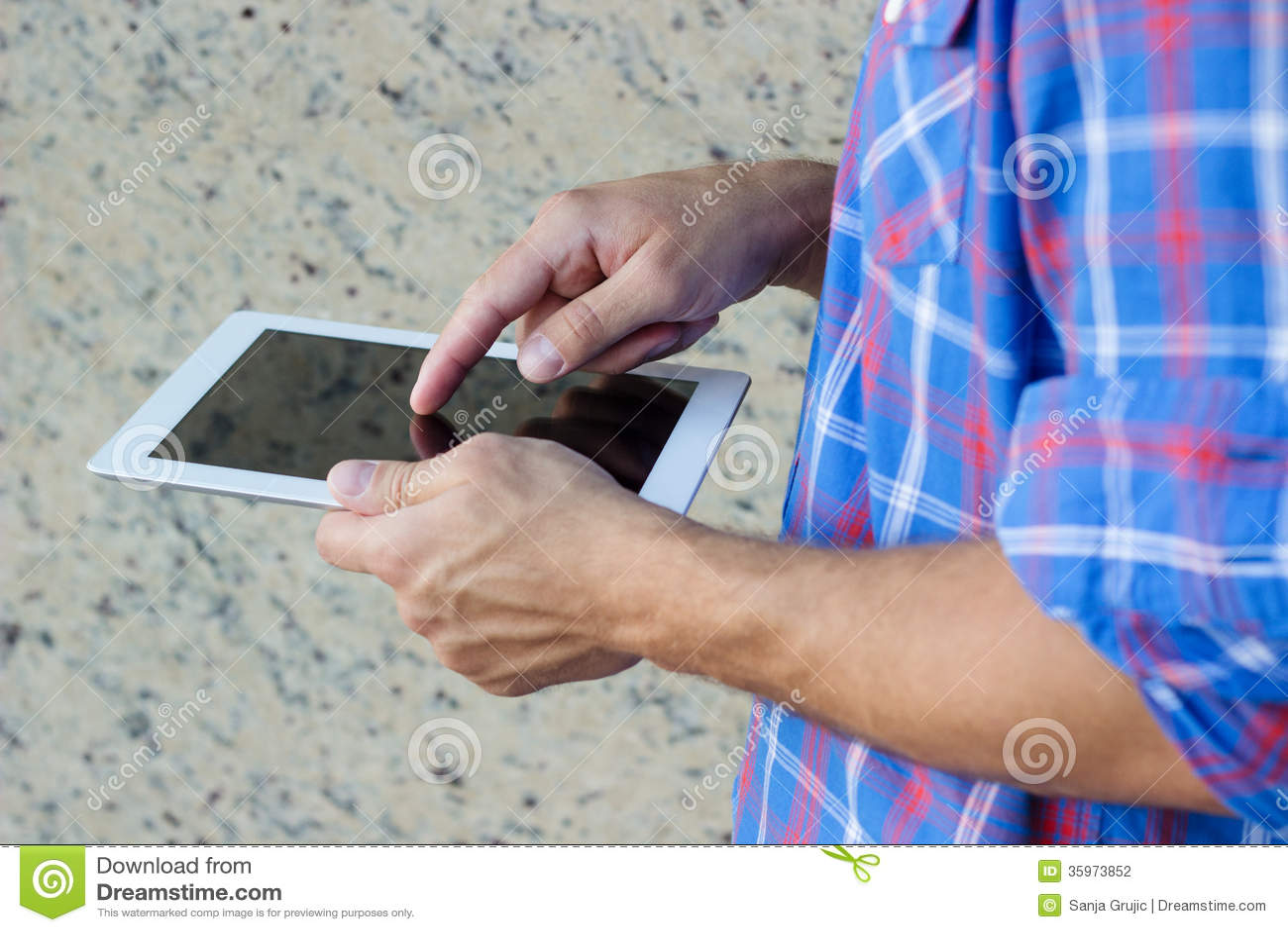 Hombre que usa la tableta digital