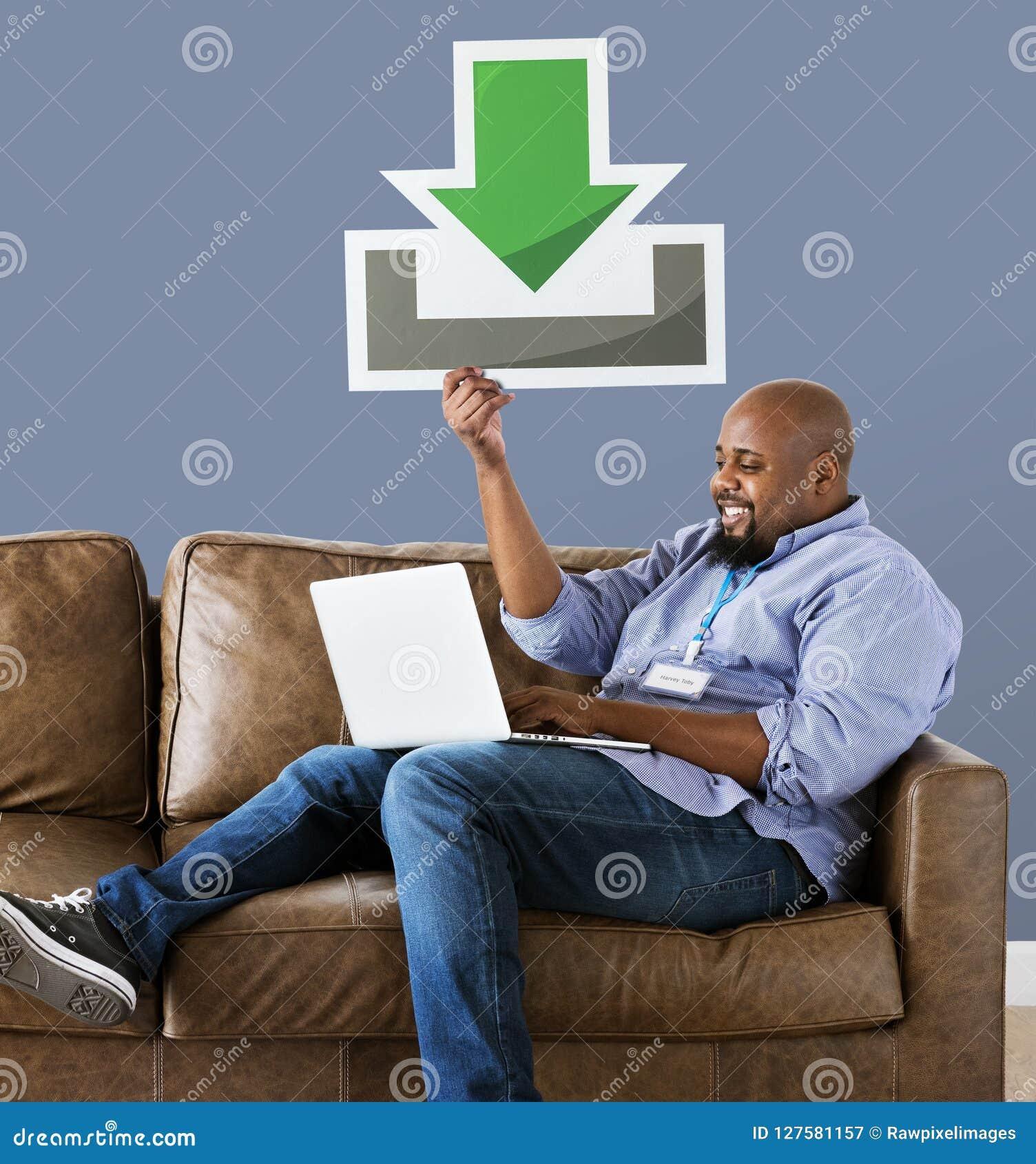 Hombre que usa un ordenador portátil y llevando a cabo un icono de la transferencia directa