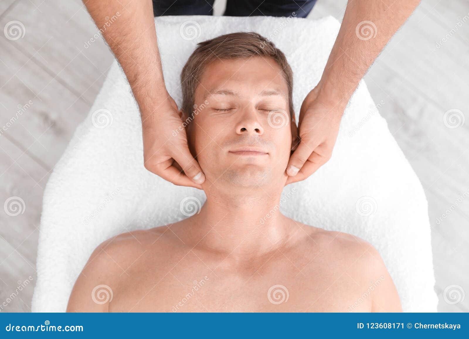 Hombre relajado que recibe el masaje principal