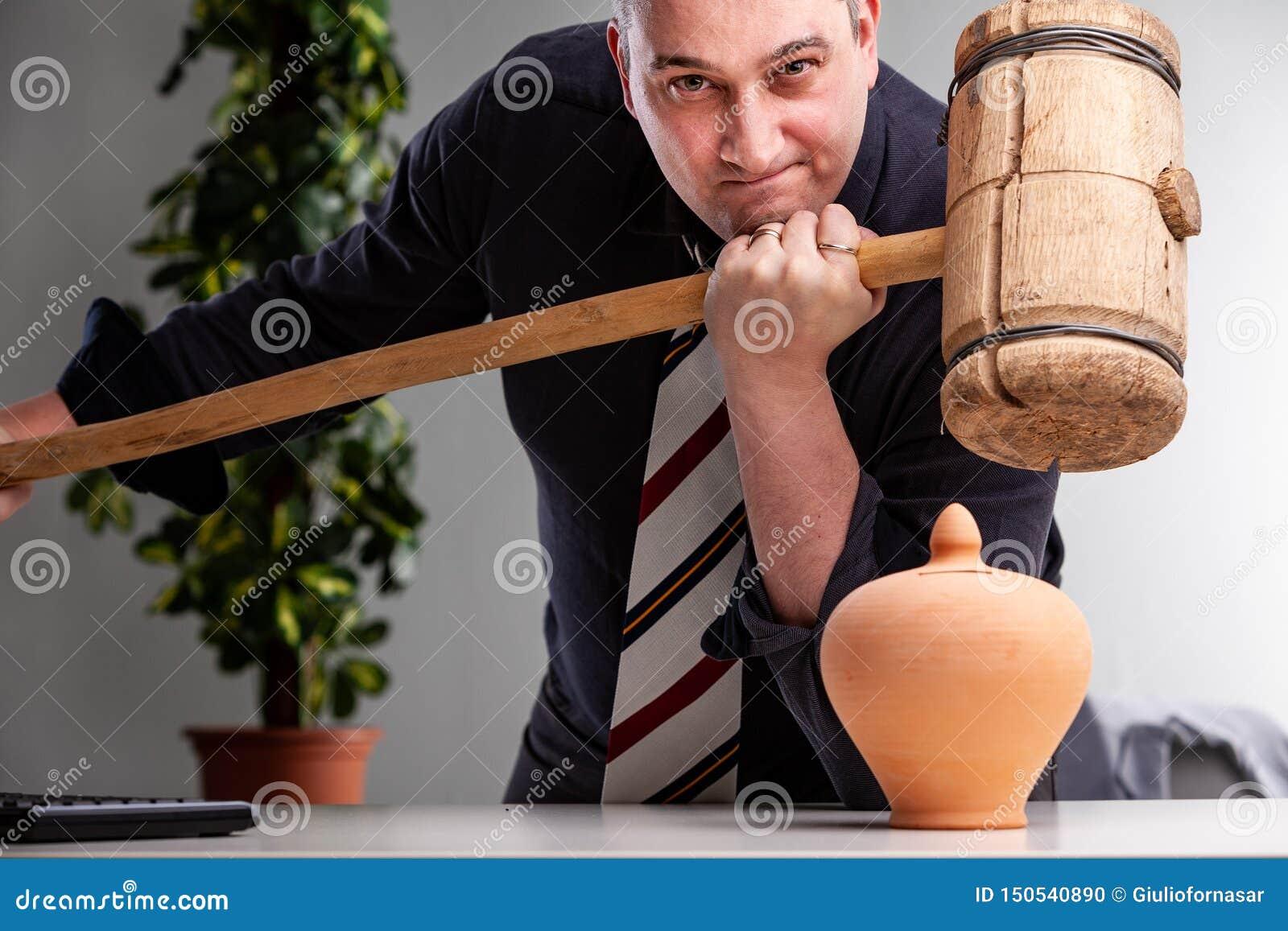 Hombre resuelto que sostiene un mazo de madera grande