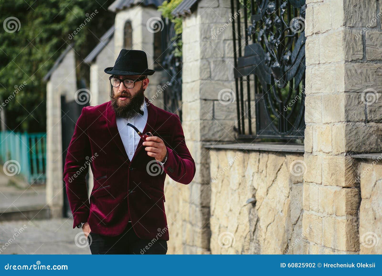Hombre rico con una barba, pensando en negocio
