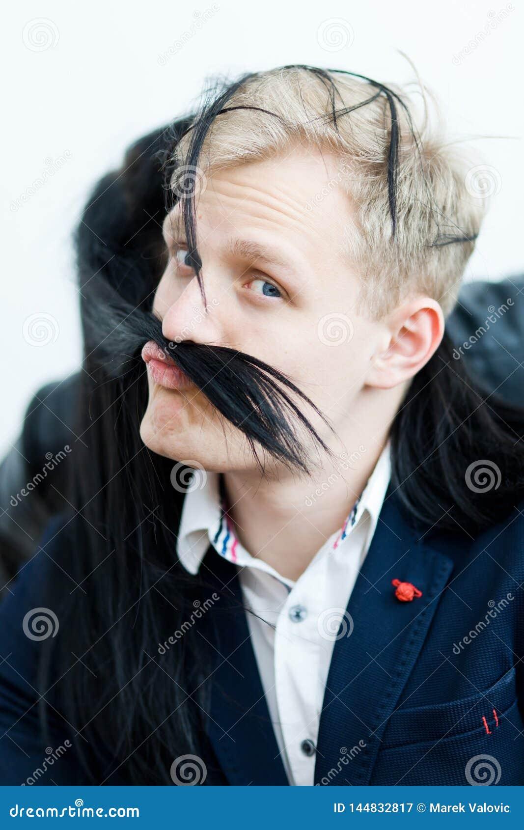 Hombre rubio en el vestido formal - bigote falso de los pelos de la novia