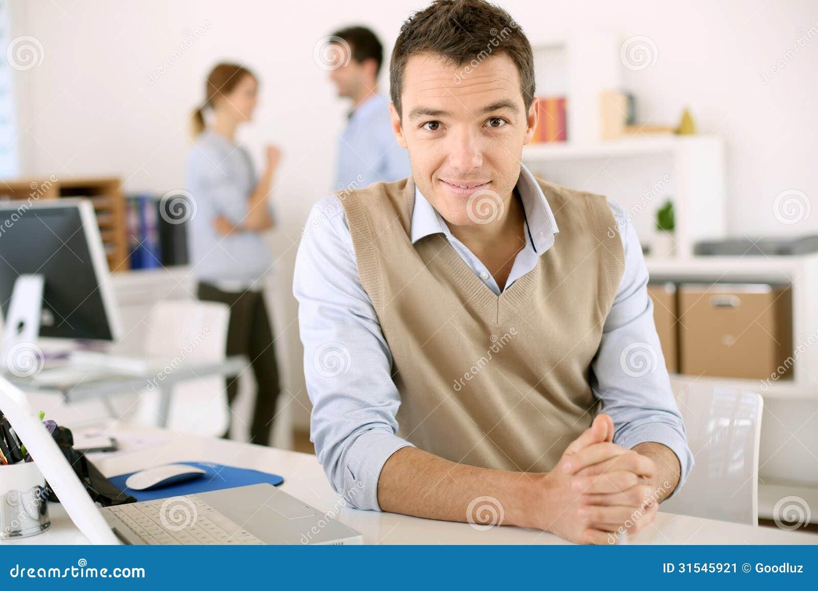 hombre satisfecho y amistoso en oficina imagen de archivo