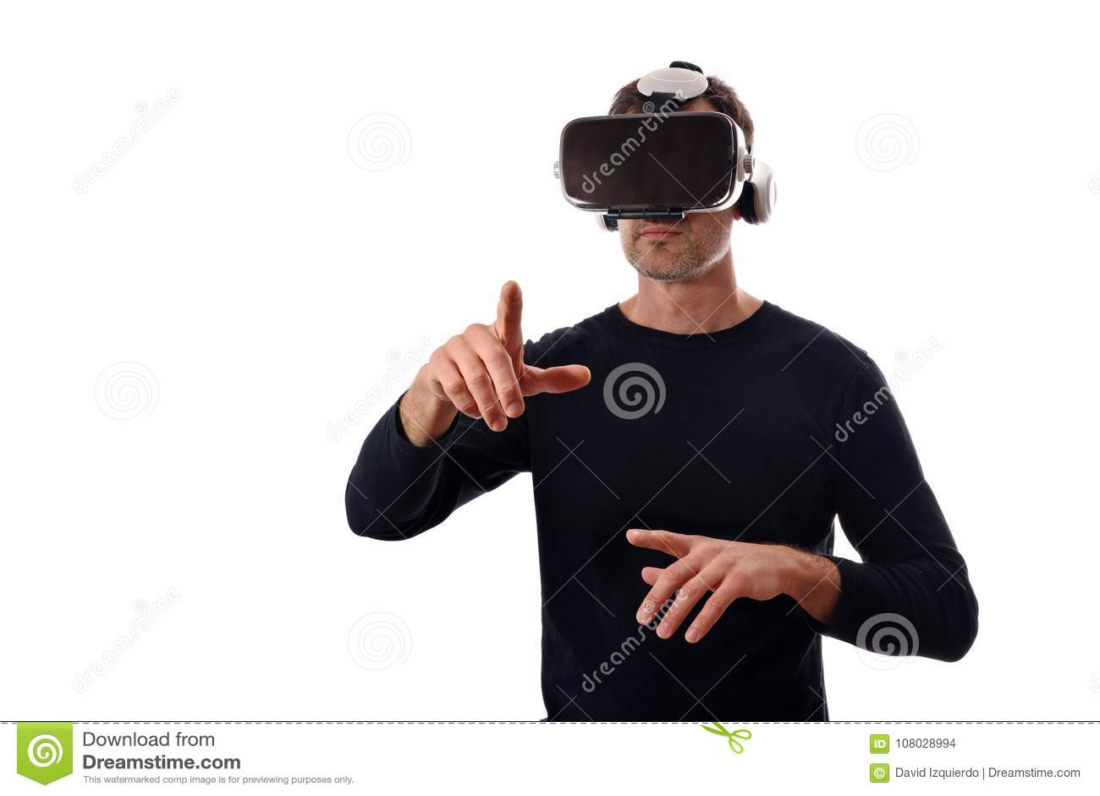Hombre serio con los vidrios del vr con el finger que señala en frente