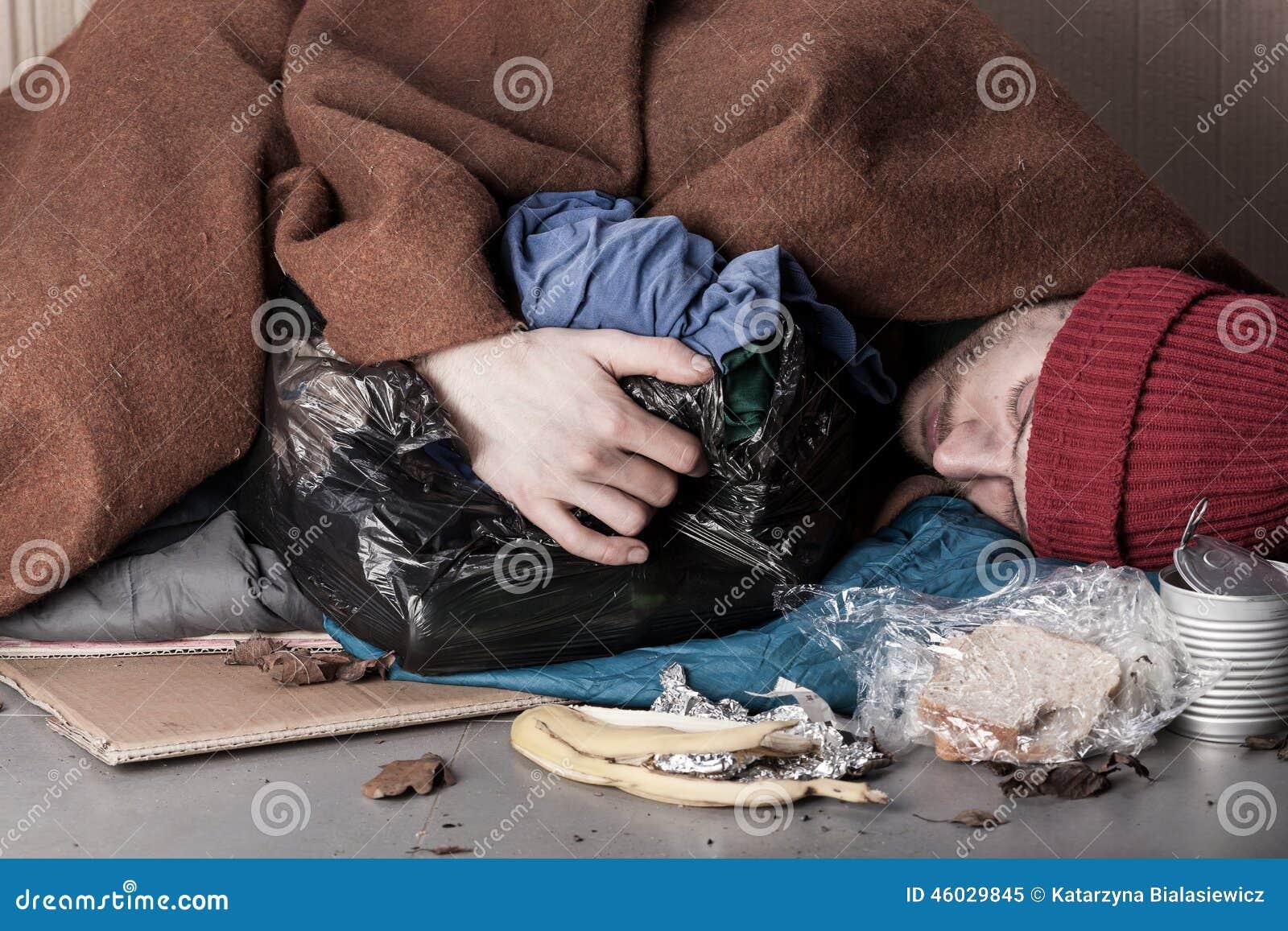 Hombre sin hogar que miente en la calle