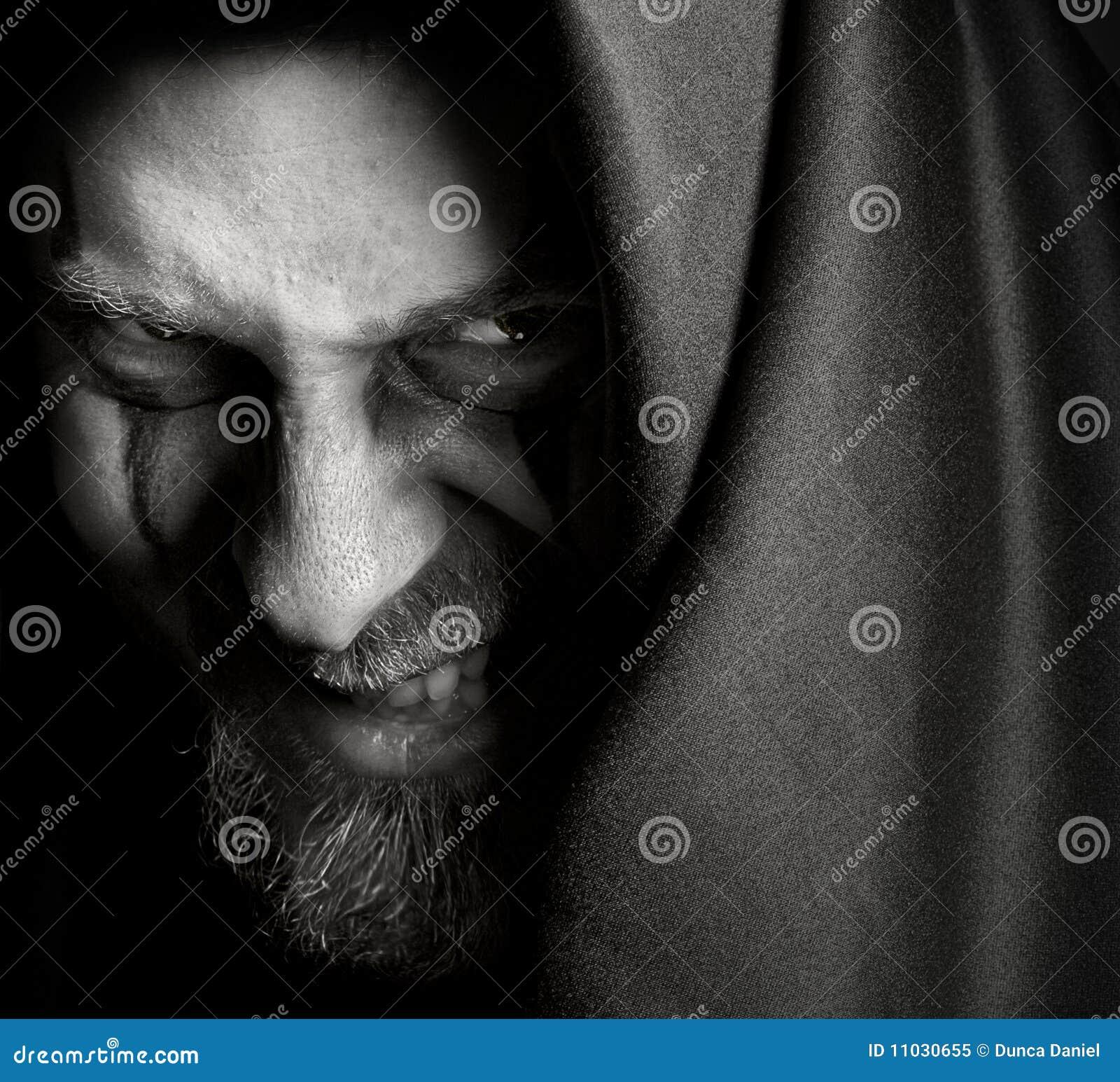 Hombre siniestro malvado con mueca traviesa maléfica