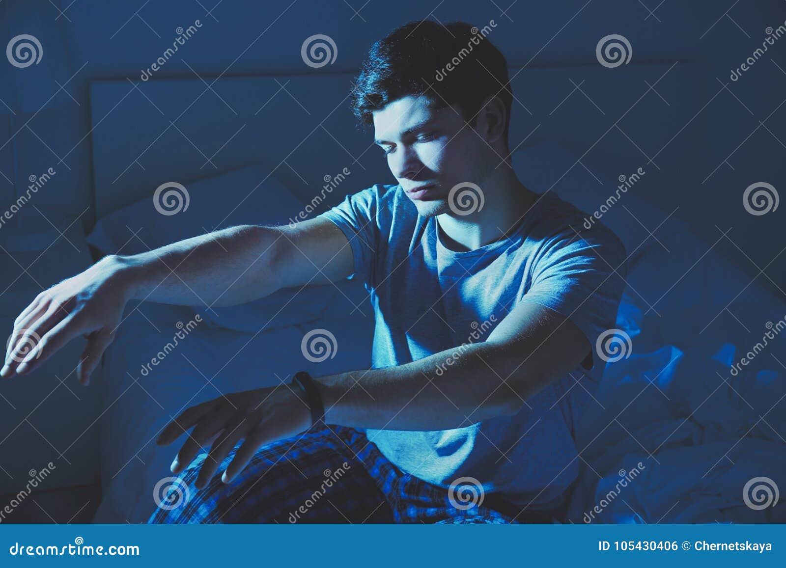 Hombre soñoliento joven que sufre de sonambulismo