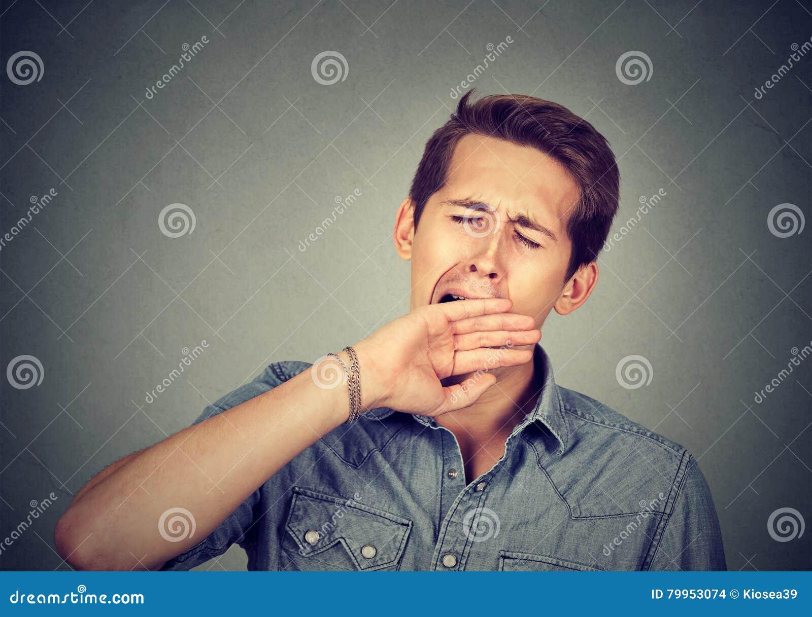 Hombre soñoliento que bosteza Privación del sueño