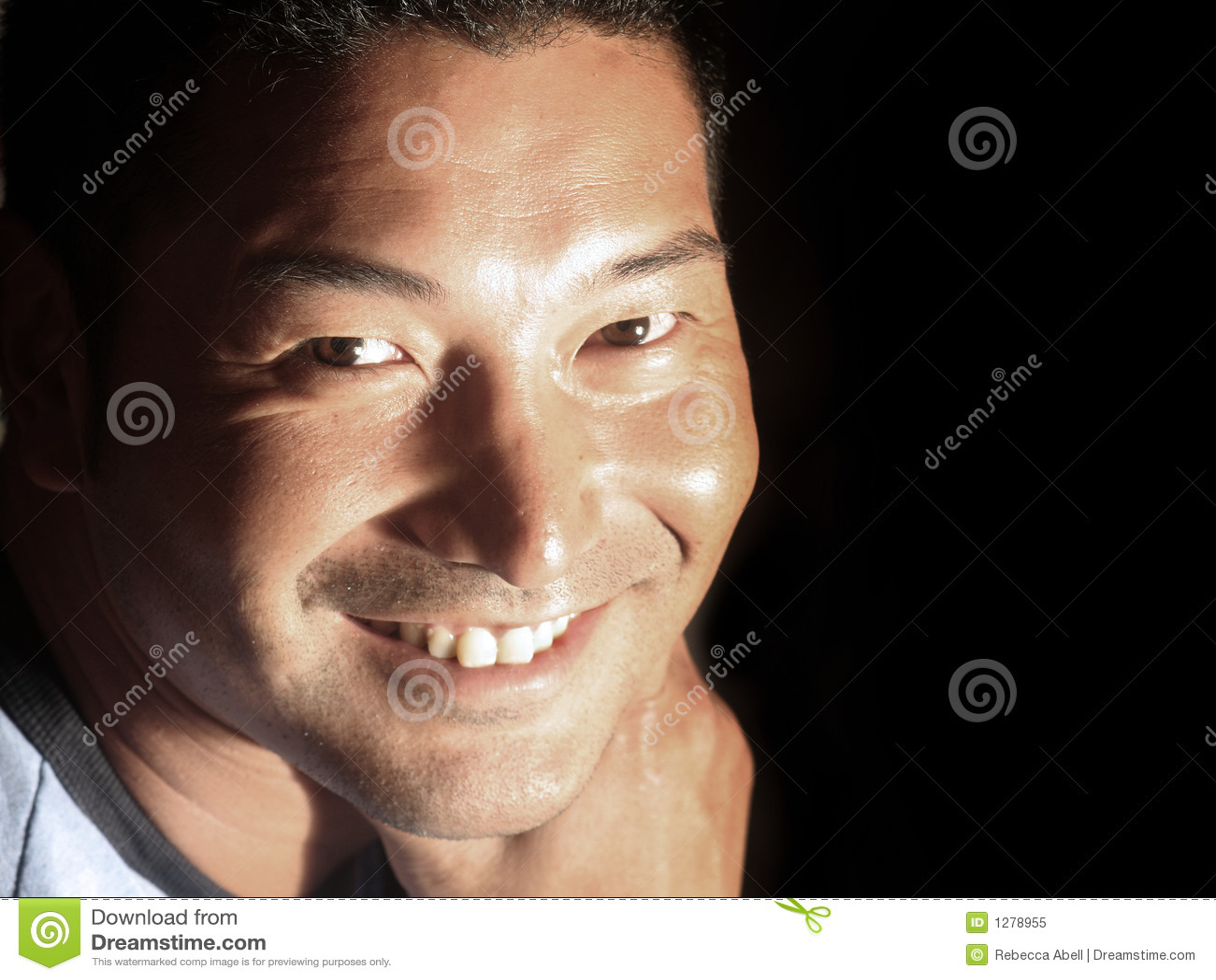 Hombre sonriente atractivo