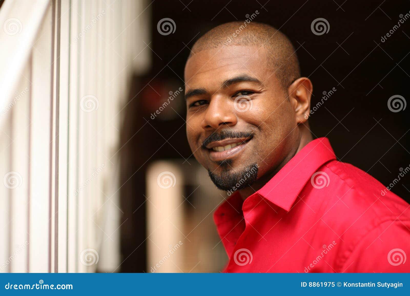 Hombre sonriente del afroamericano