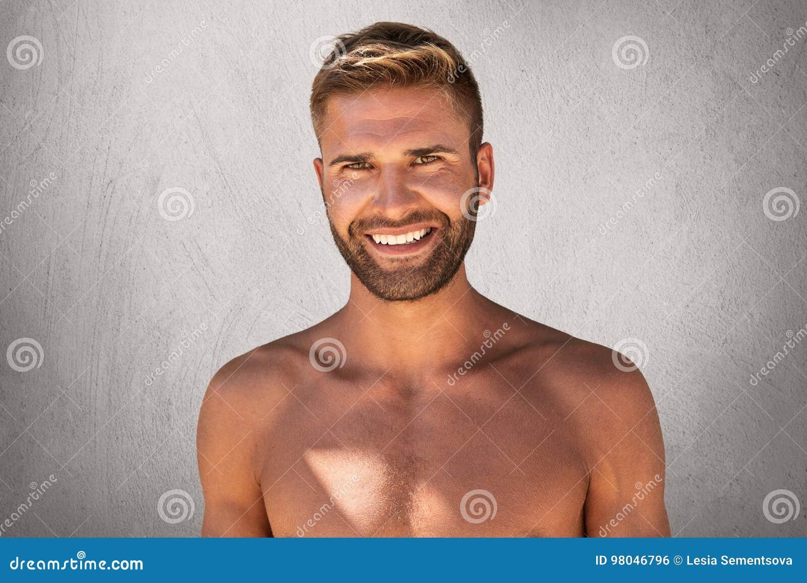 Hombre Sonriente Desnudo Con El Peinado Elegante Los Ojos Oscuros
