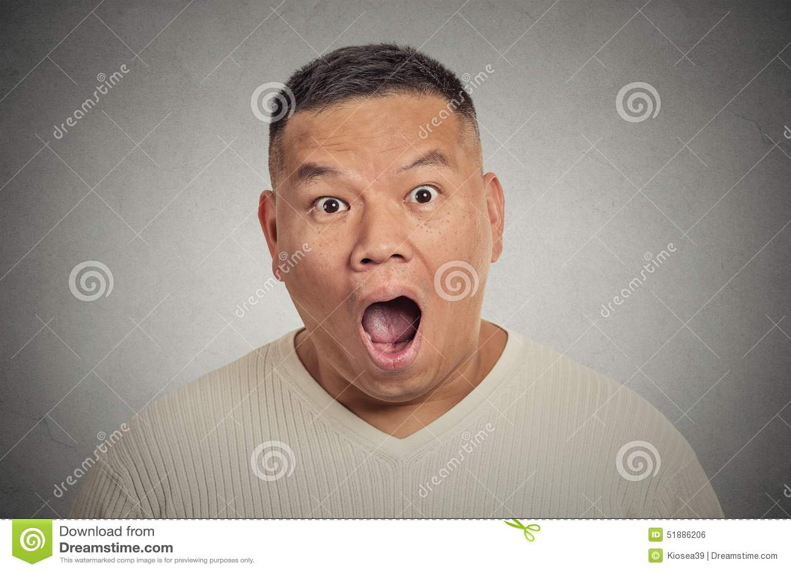 Hombre sorprendido chocado Headshot aislado en fondo gris