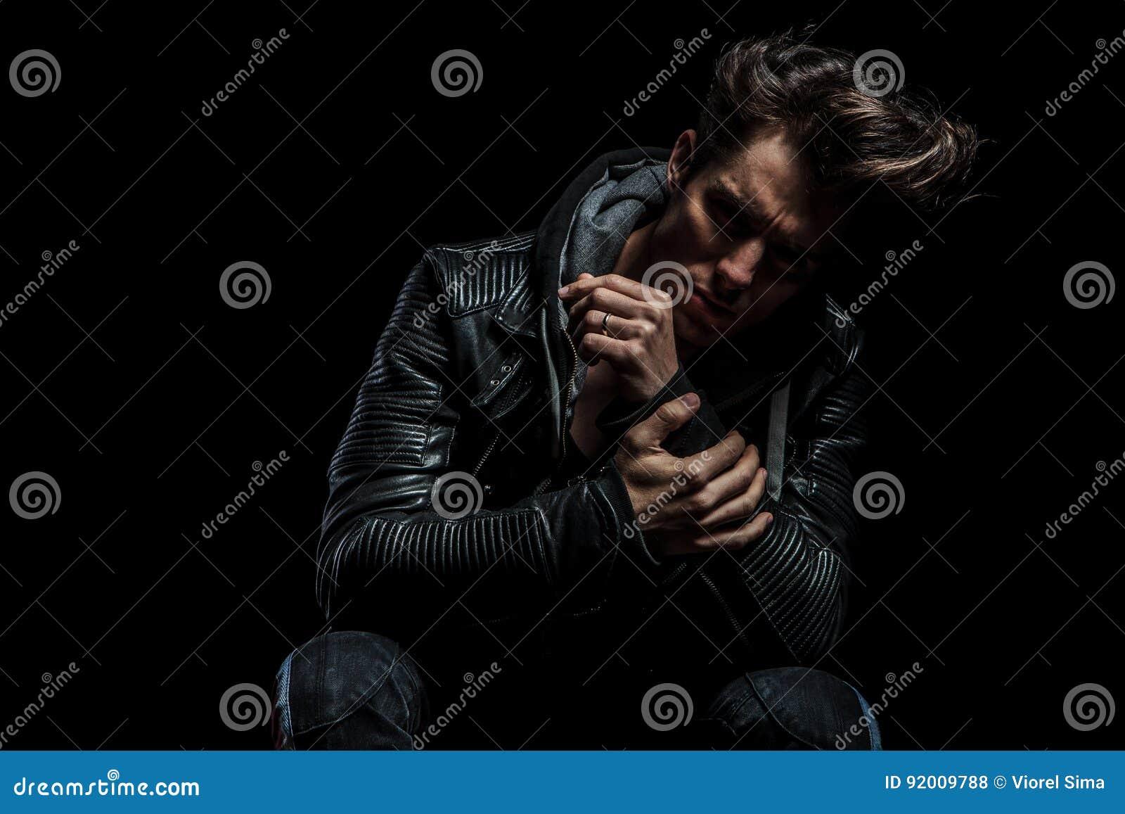 Hombre Triste En La Chaqueta De Cuero Que Lleva A Cabo Su