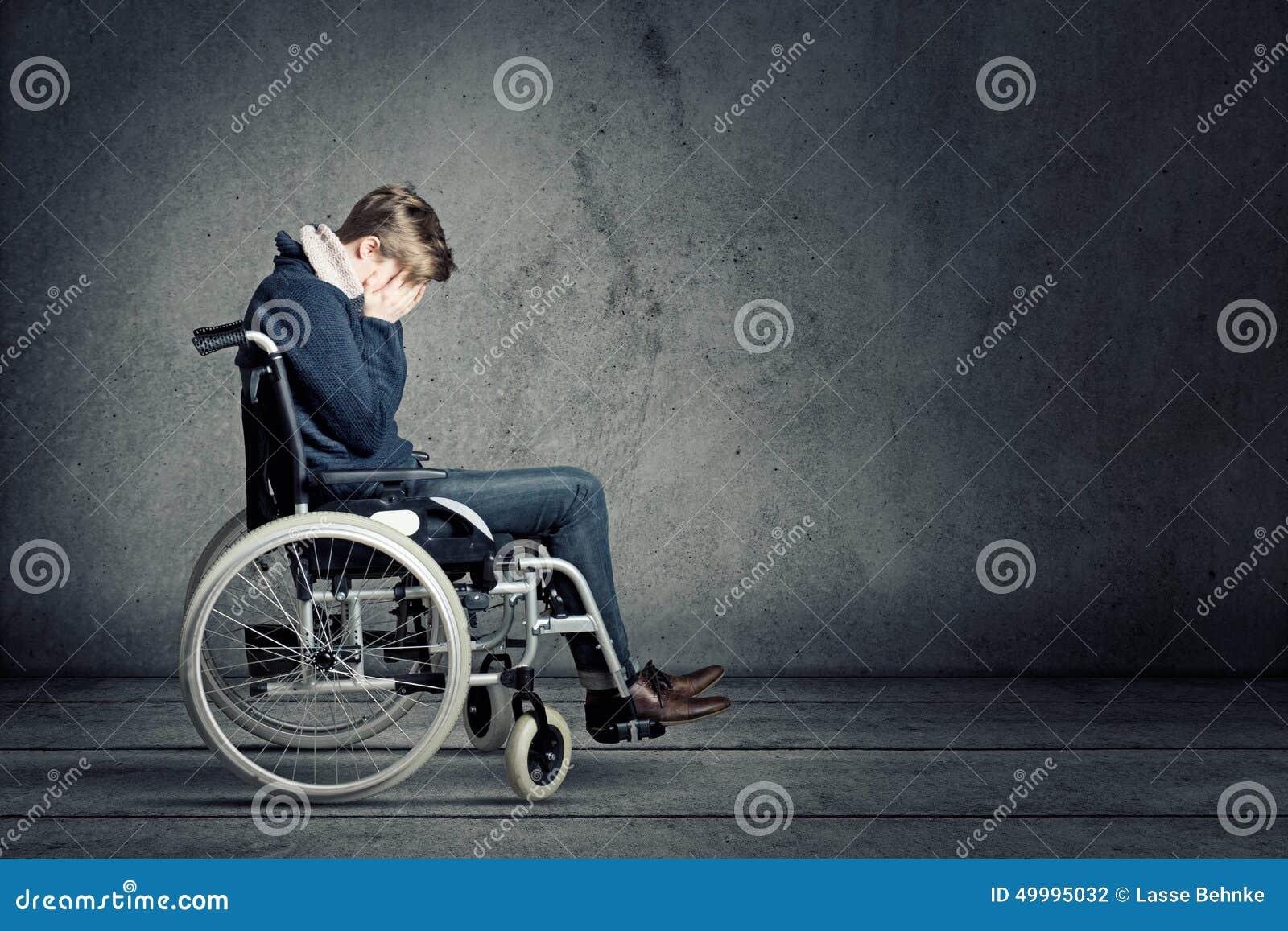 Hombre triste en silla de ruedas