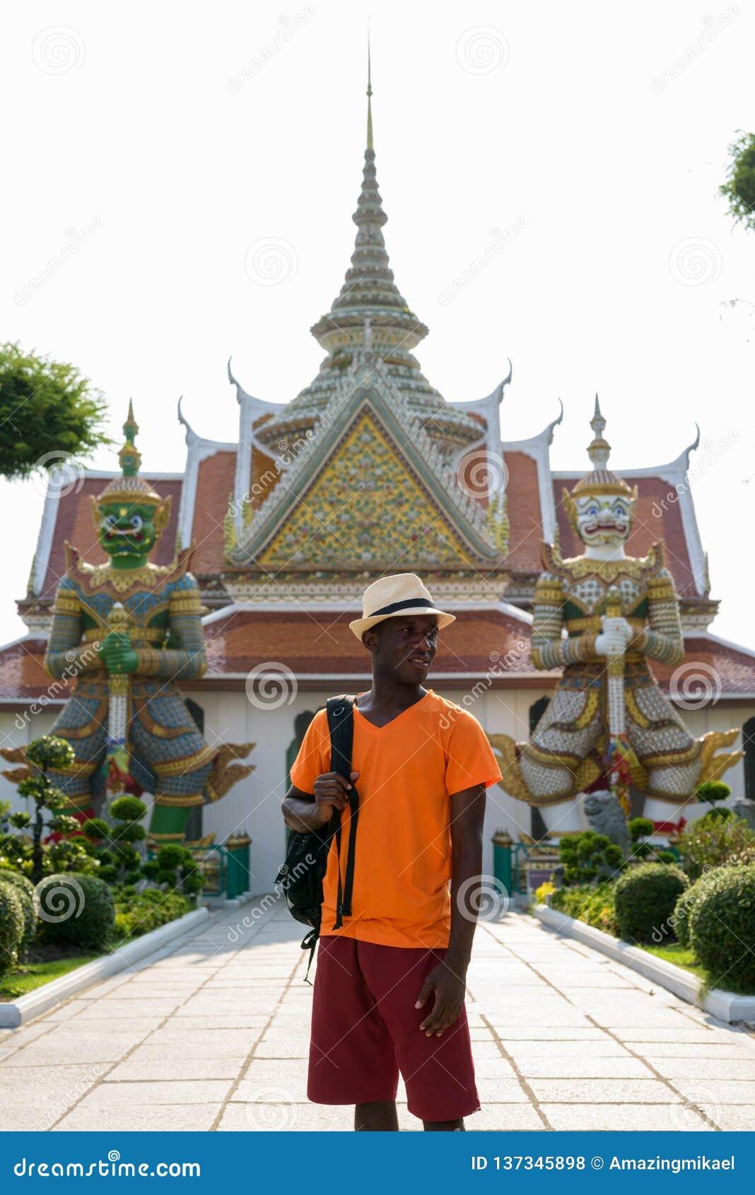 Hombre turístico africano que piensa en el templo de Wat Arun Buddhist