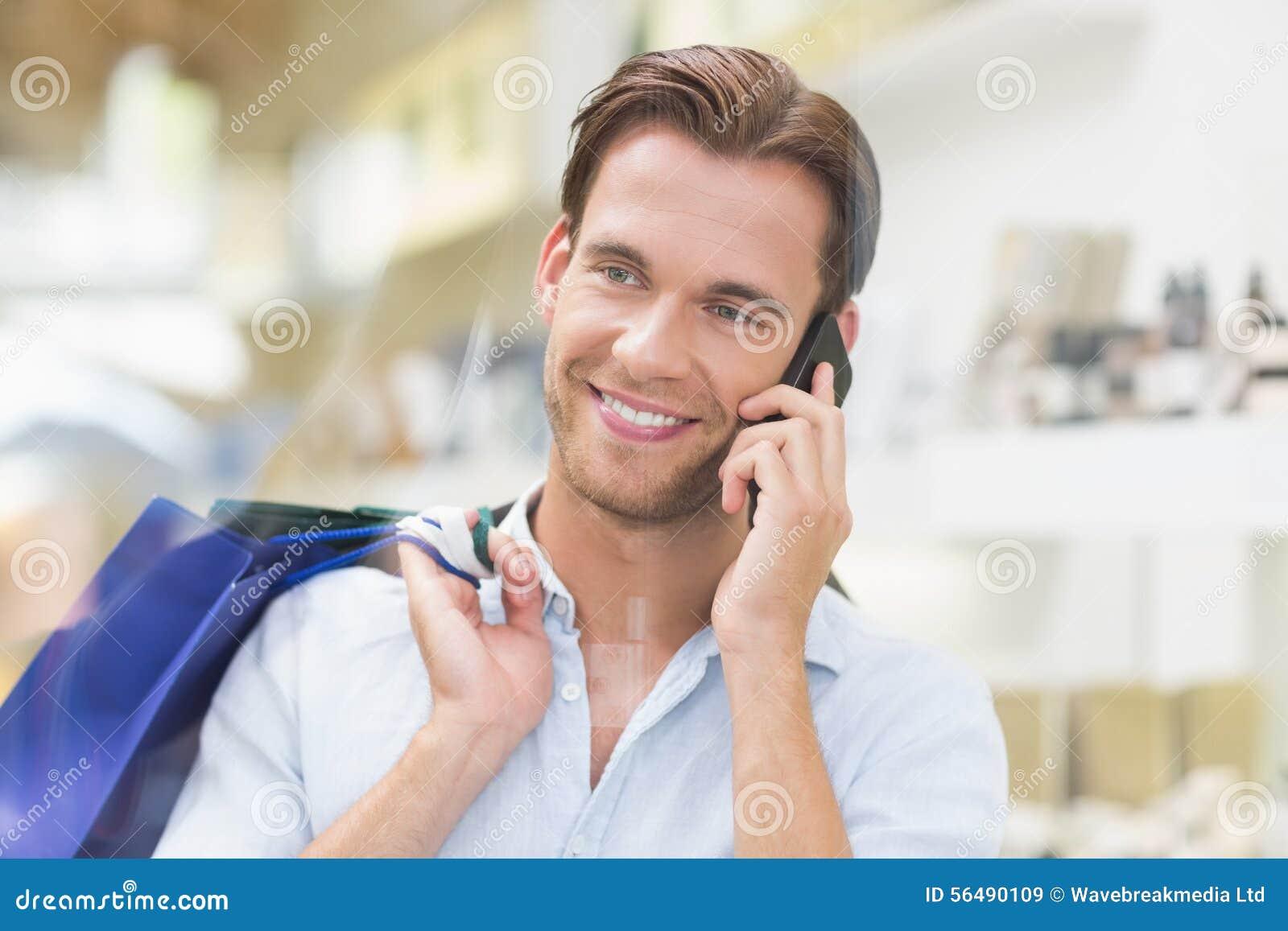 Hombre una llamada sonriente feliz