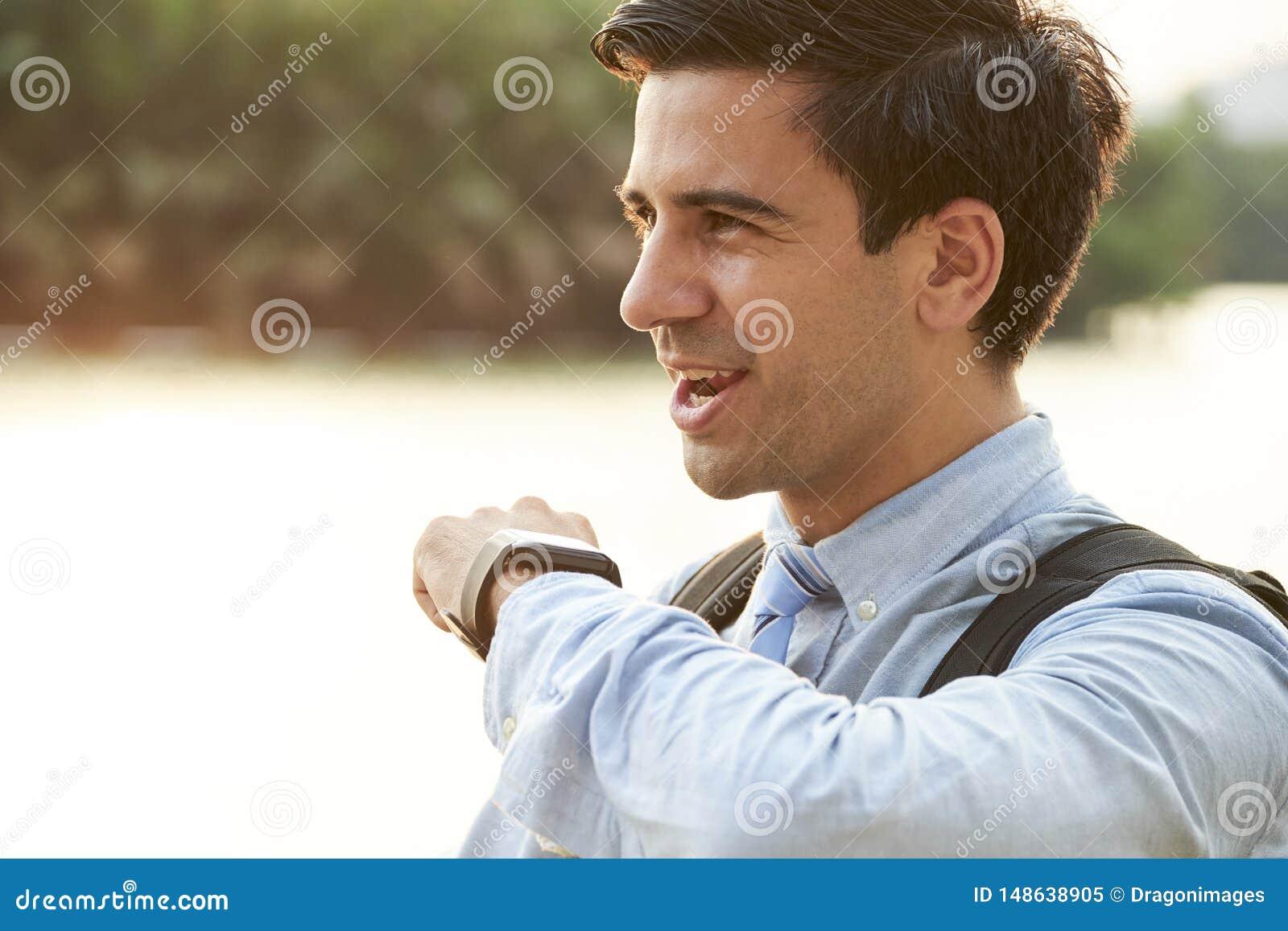 Hombre usando el smartwatch para la conversación