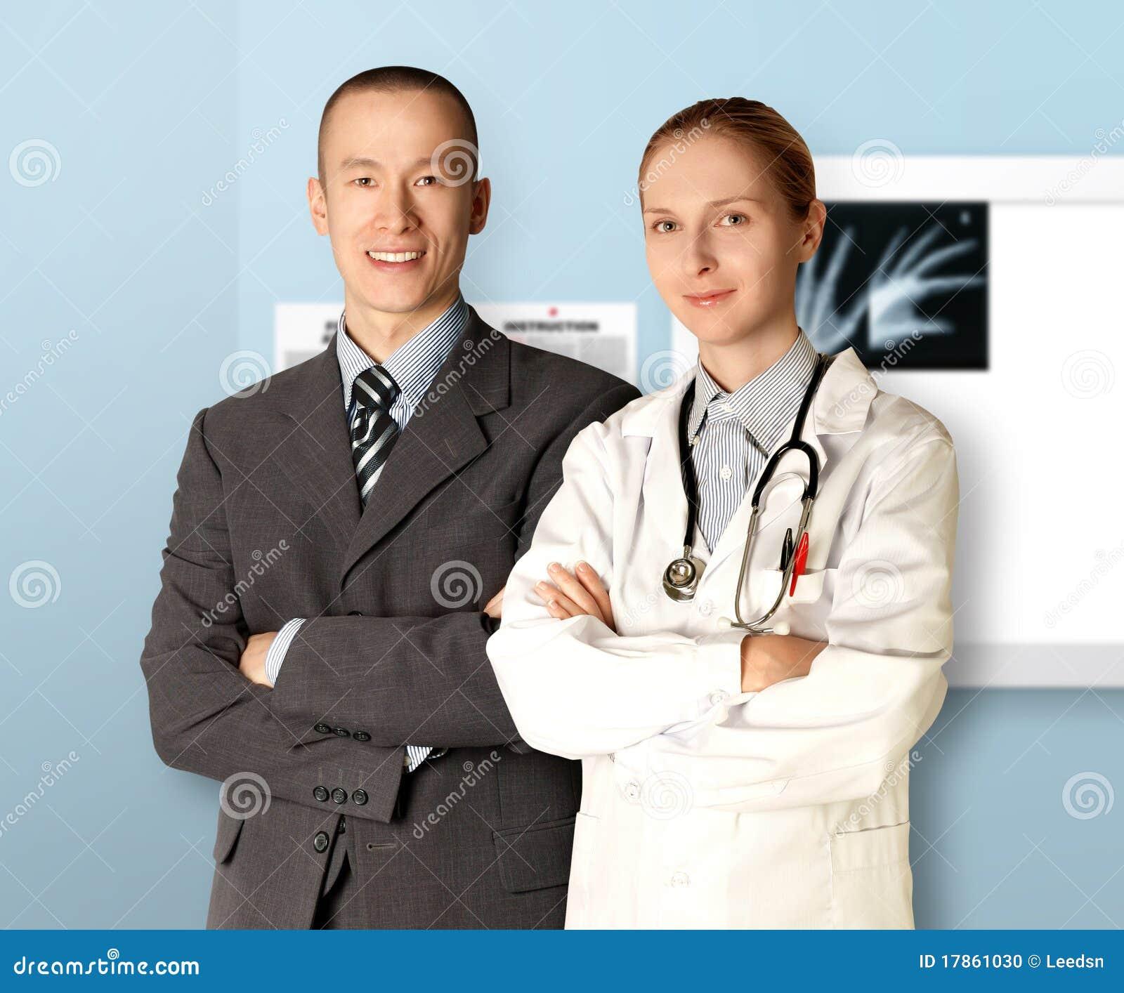 Hombre y doctor sonrientes de negocios