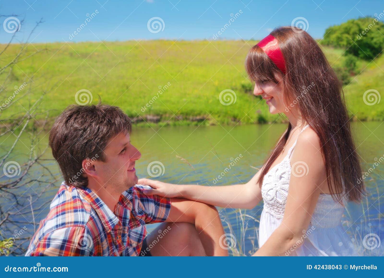 Hombre y mujer en un paseo en la naturaleza