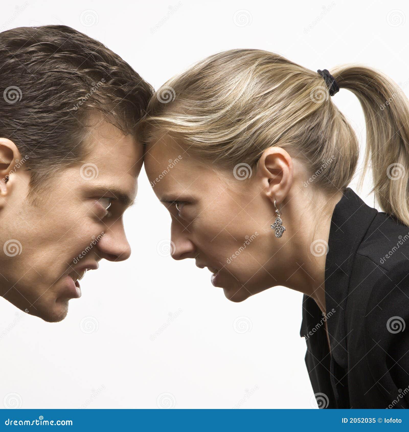 Hombre y mujer enojados