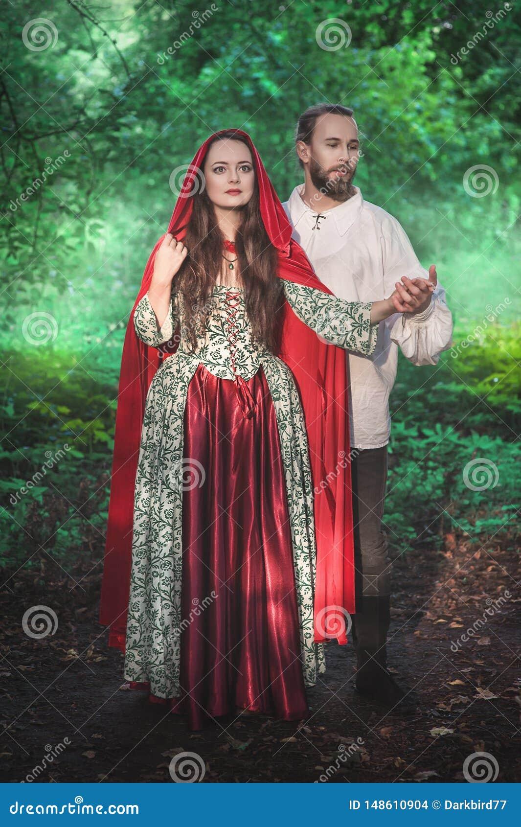 Hombre y mujer hermosos de los pares en traje medieval