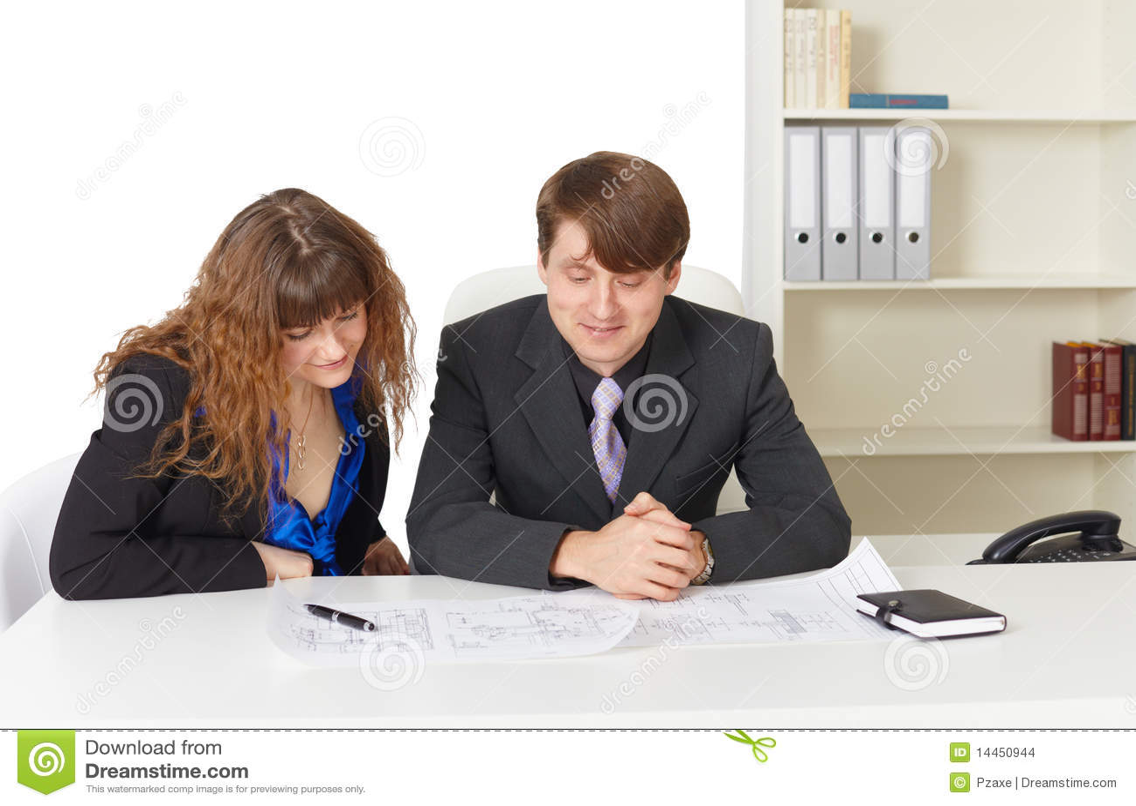 Hombre y mujer ingenieros trabajando en oficina for Xxx porno en la oficina