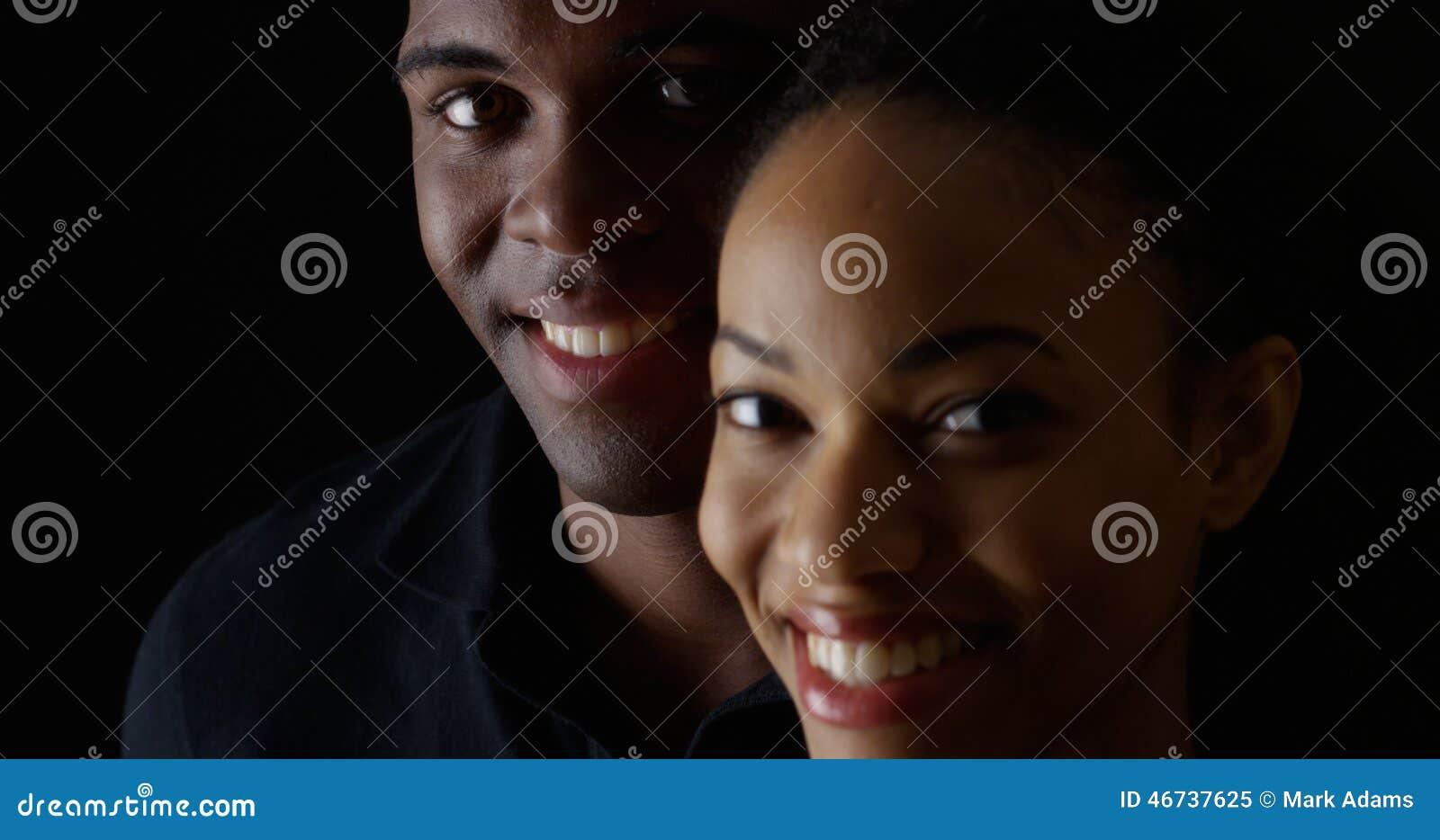 Hombre y mujer negros jovenes sonrientes