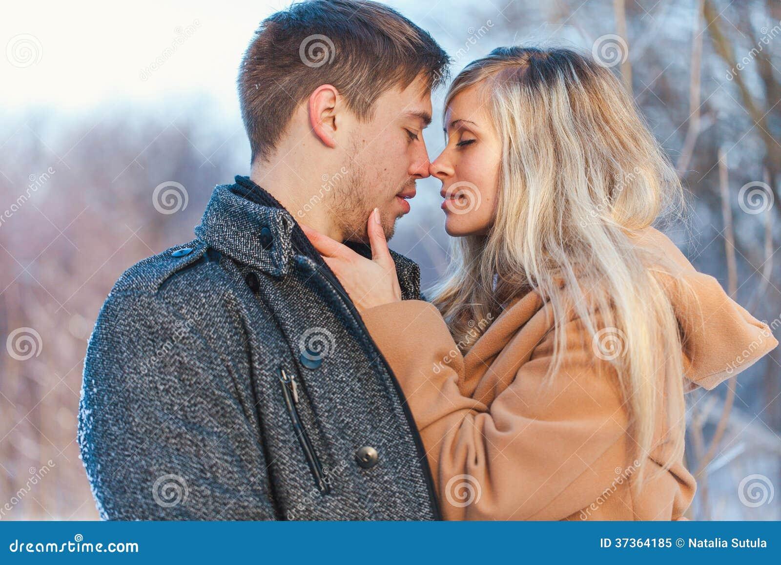 Hombre y mujer que caminan en el parque