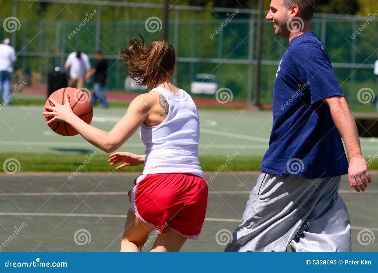 Equipo De Baloncesto De Las Mujeres Imagen De Archivo: Hombre Y Mujer Que Juegan A Baloncesto Imagen De Archivo