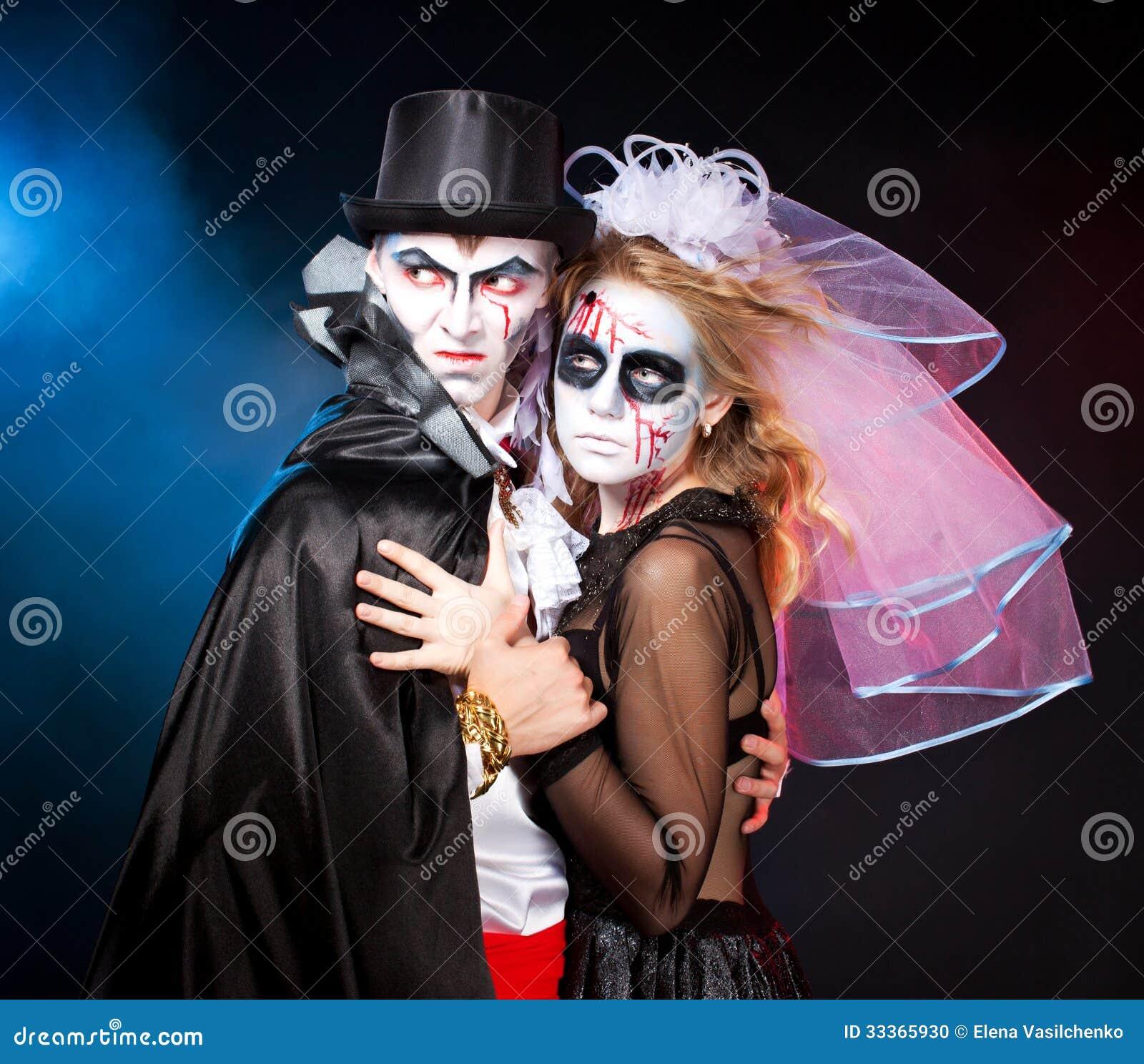 Hombre y mujer que llevan como vampiro y bruja. Halloween